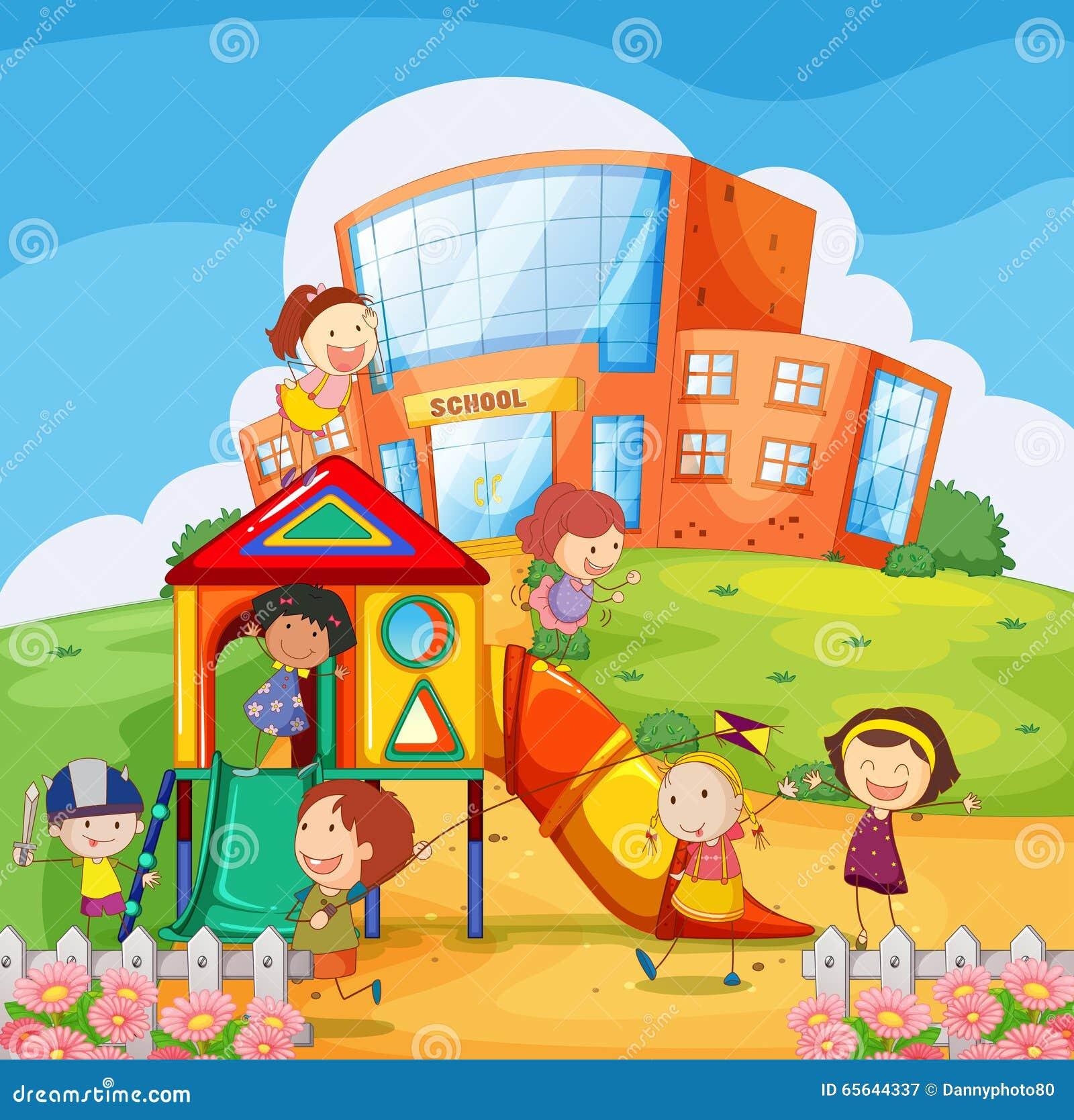 Enfants jouant dans le terrain de jeu d école