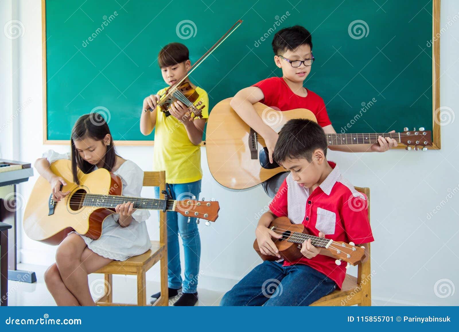 Enfants jouant des instruments de musique dans la salle de classe de musique
