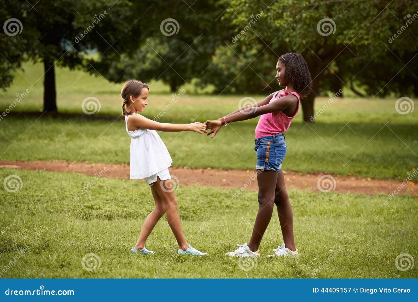 Enfants jouant l anneau autour du rosie en parc