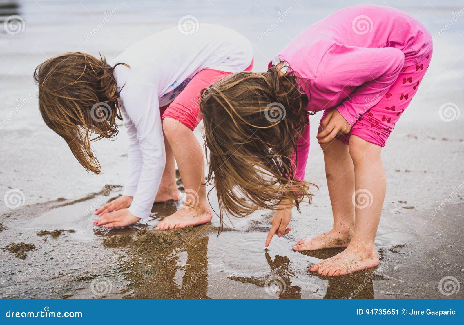 Enfants jouant la plage sablonneuse aux pieds nus de l Océan Atlantique en Espagne