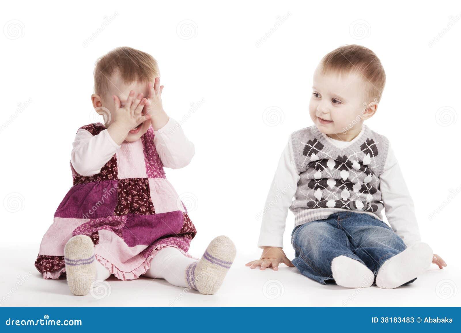 Enfants jouant le cache-cache