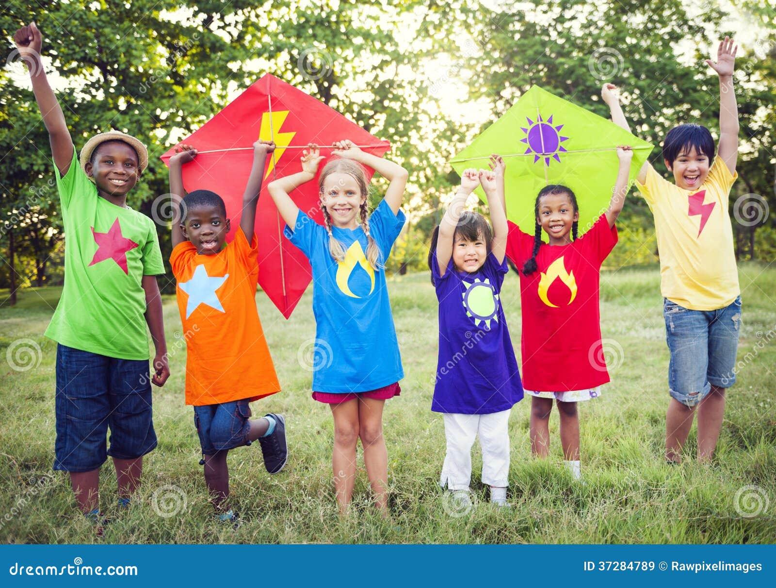 Enfants jouant le super héros avec des cerfs-volants