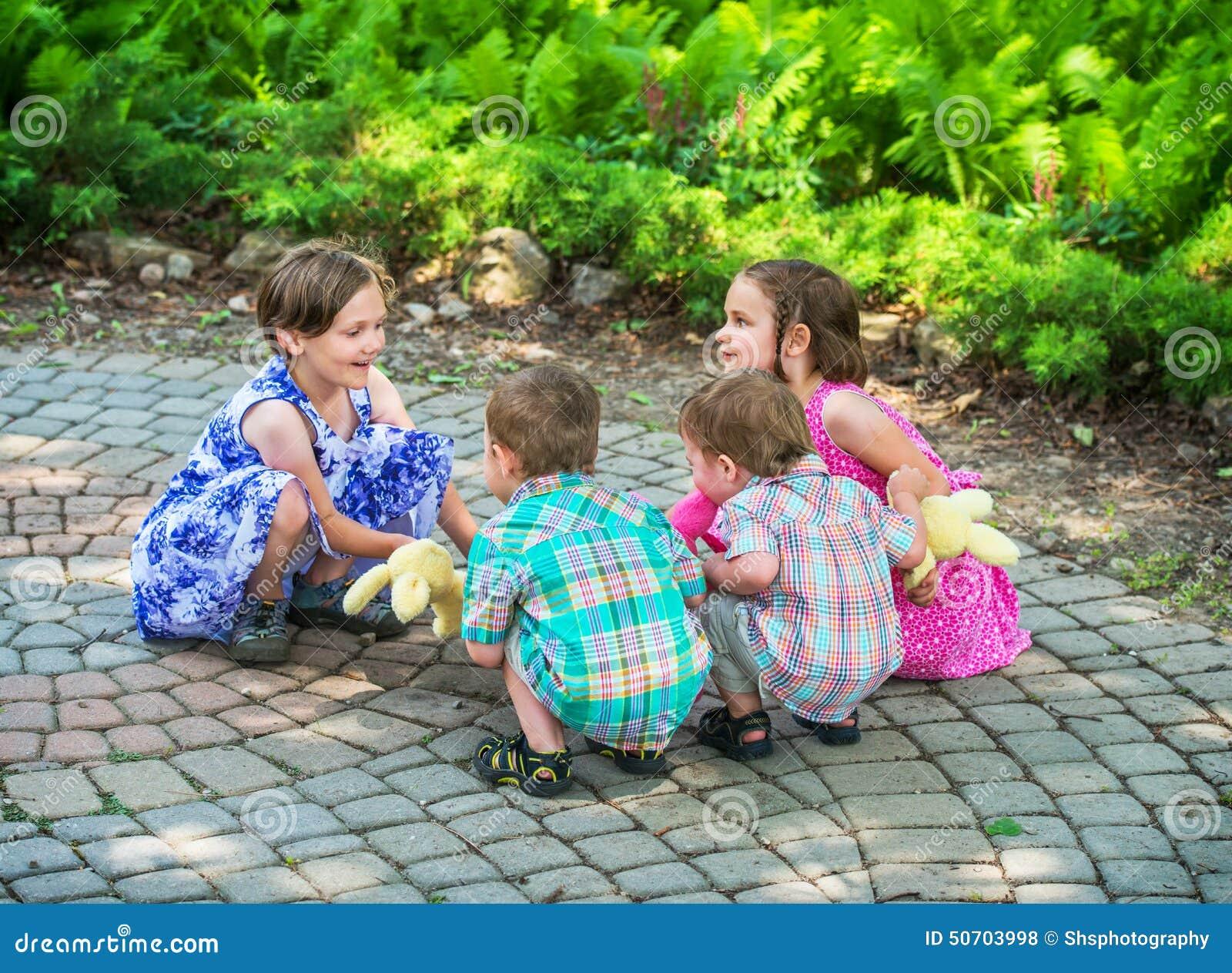 Enfants jouant Ring Around le Rosie