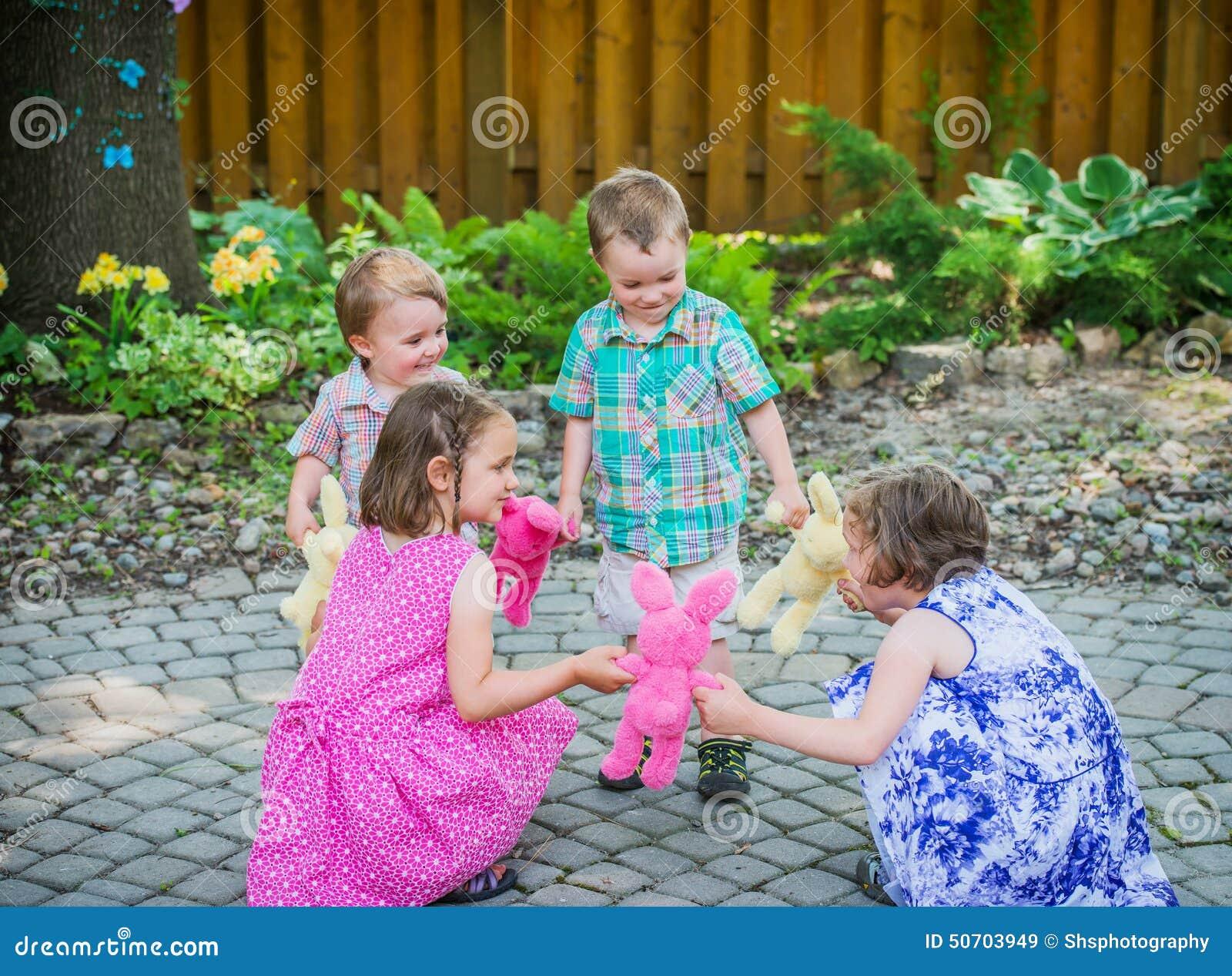 Enfants jouant Ring Around Rosie Game