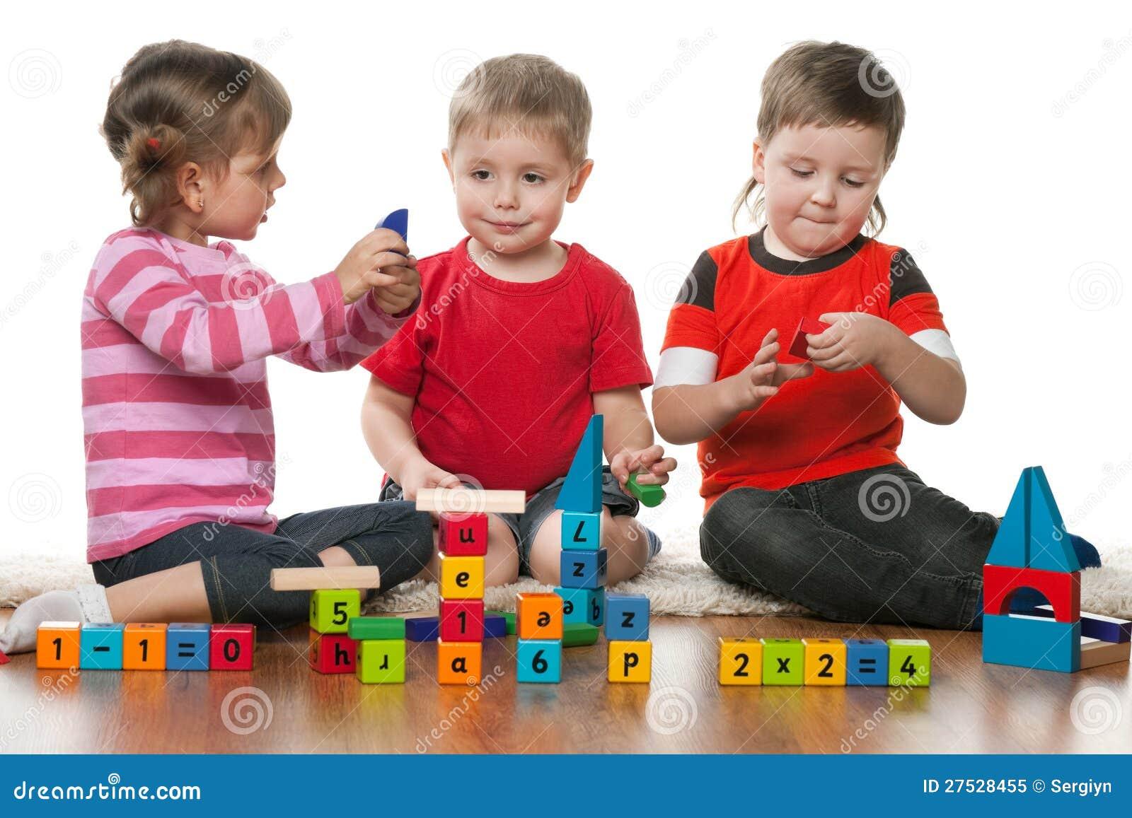 Enfants jouant sur l étage ensemble