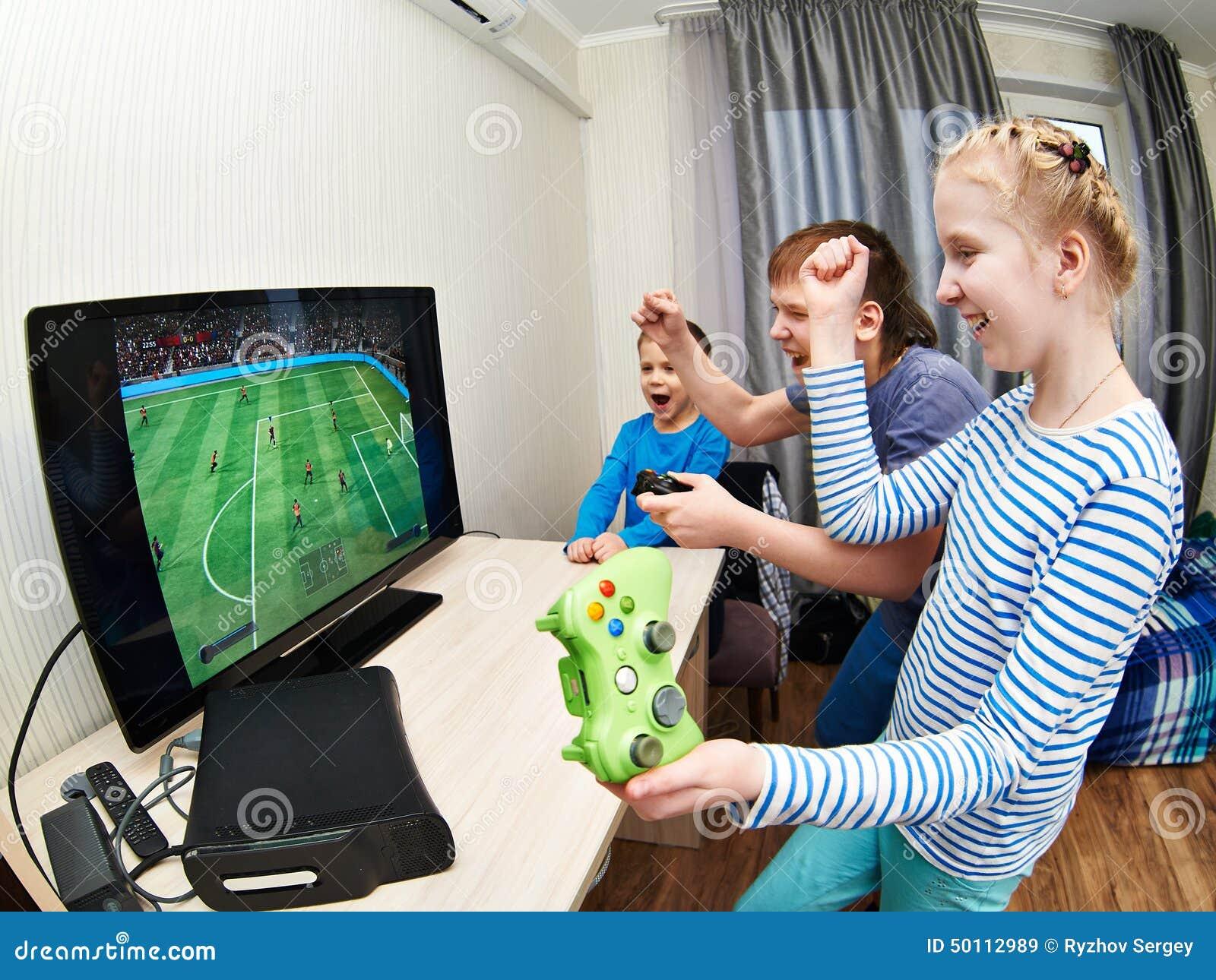 Enfants jouant sur la console de jeux pour jouer au football image stock image du gosse - Console de jeux pour enfant ...