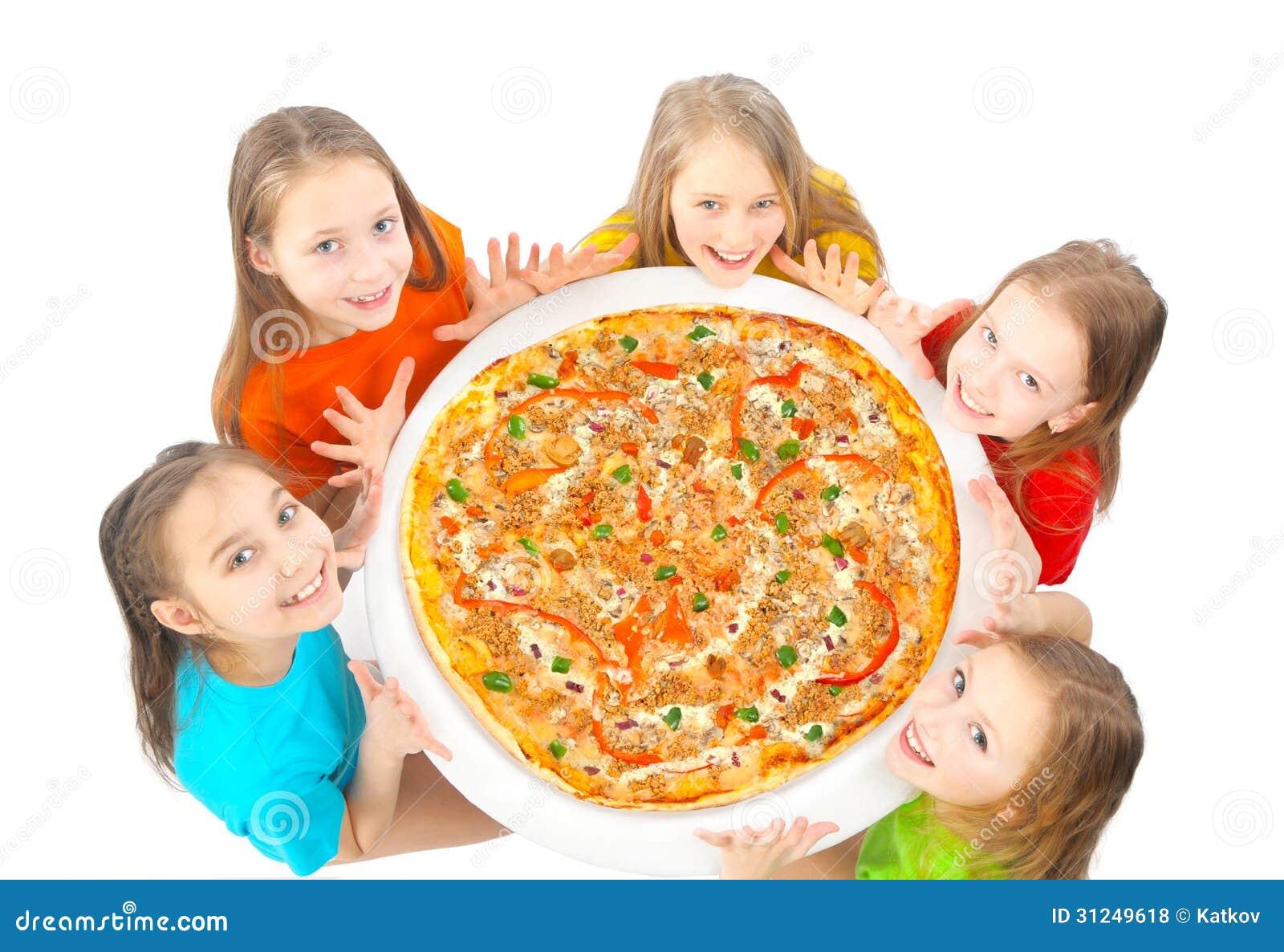 Enfants mangeant de la pizza