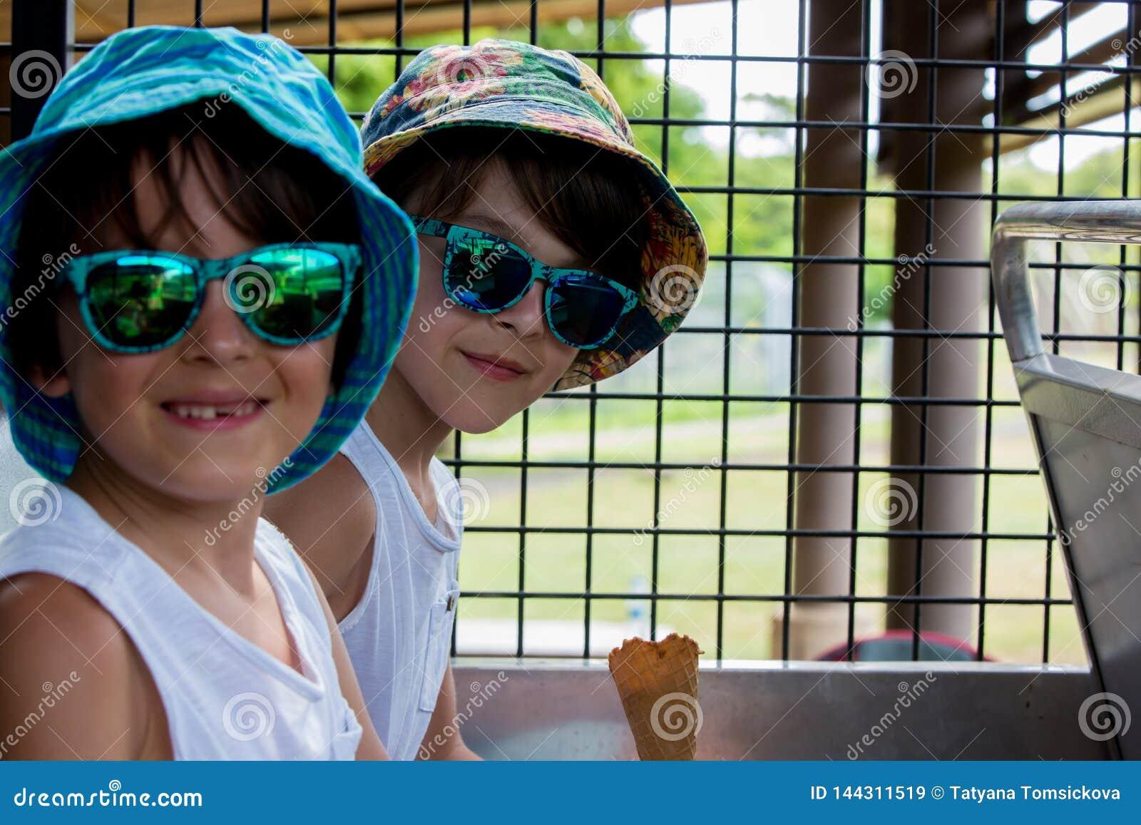 Enfants, mangeant la crème glacée, tout en se reposant dans un camion de safari