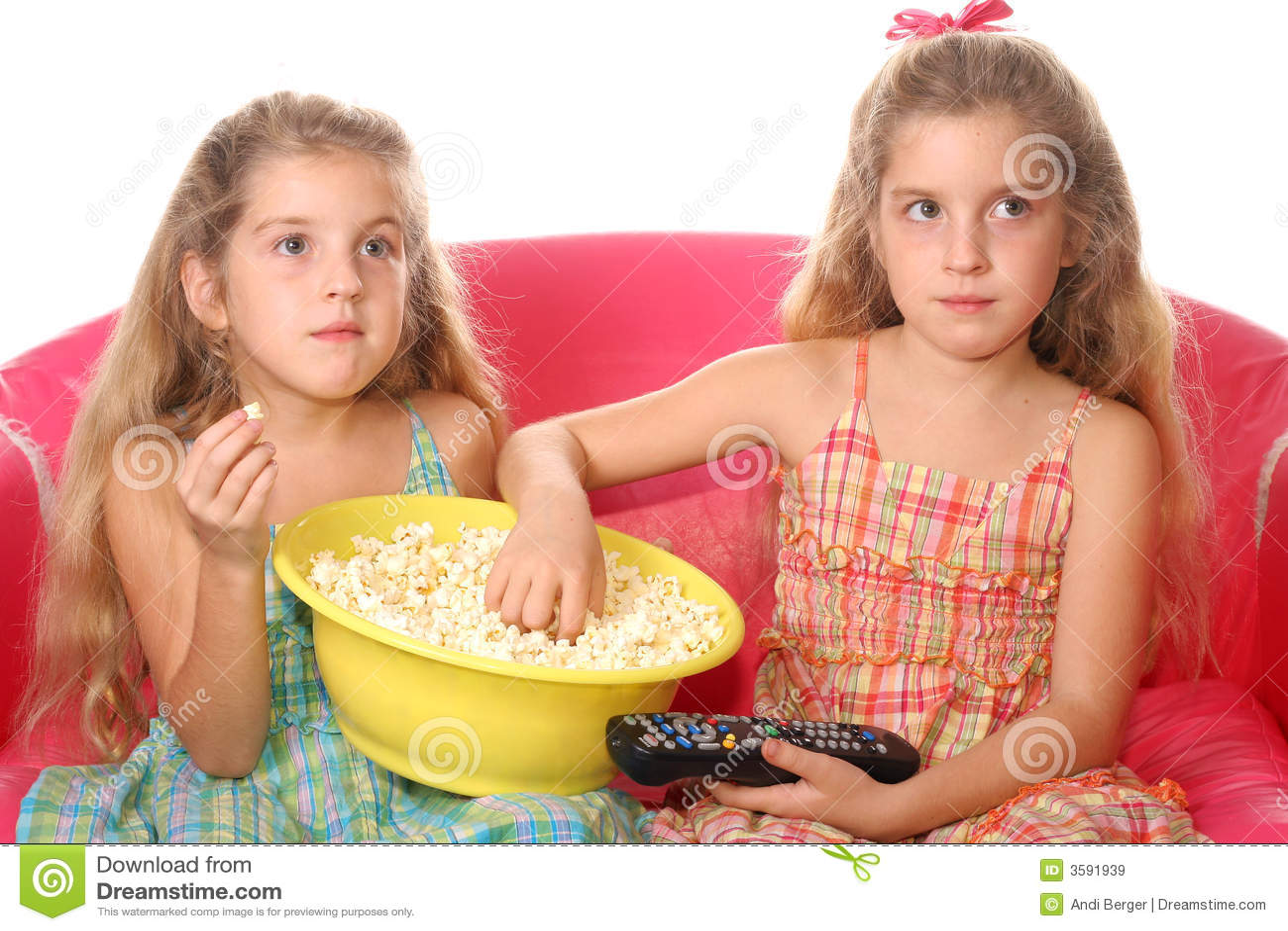 Enfants mangeant le watchi de maïs éclaté