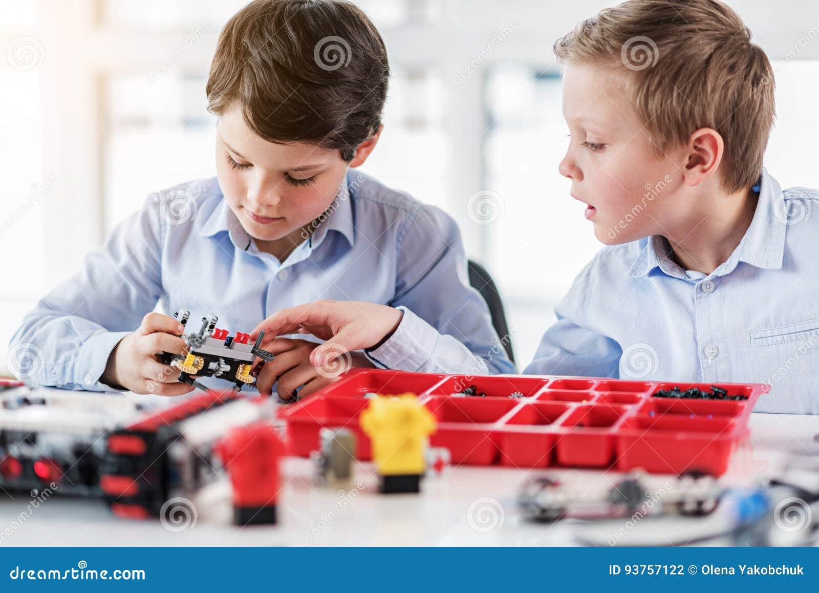 Enfants masculins concentrés gardant le lego