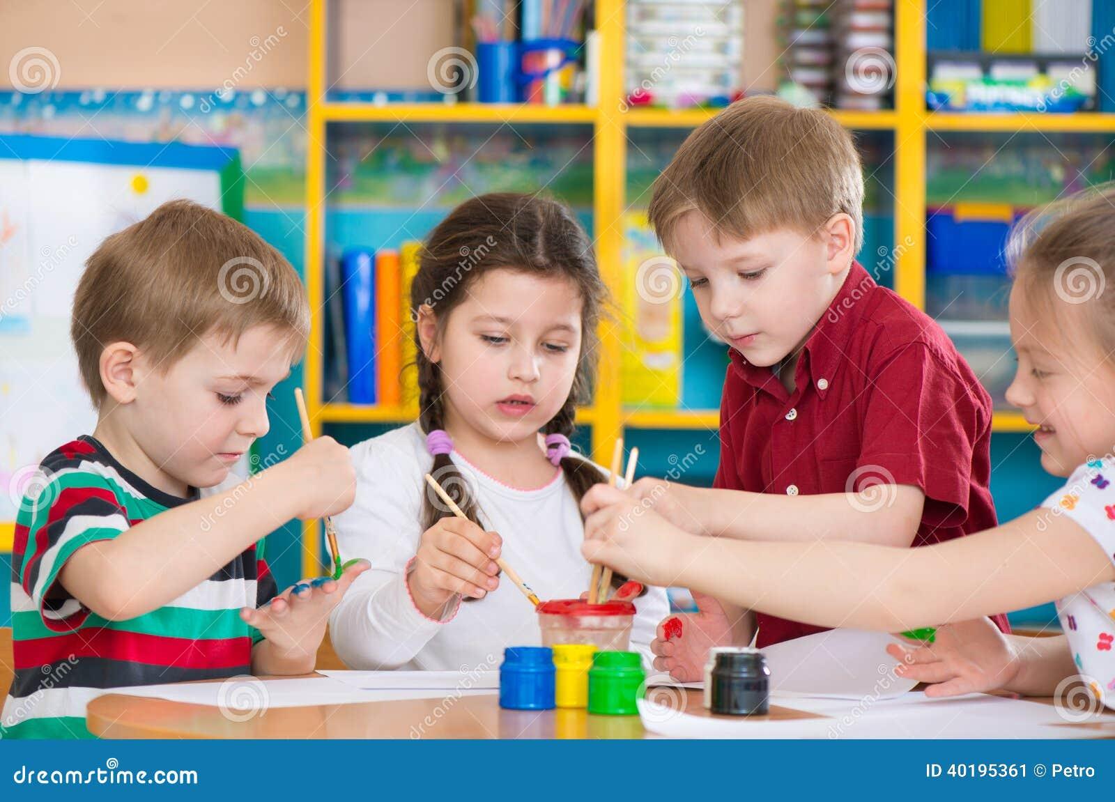 Enfants mignons dessinant avec les peintures color es au for Au jardin d enfant