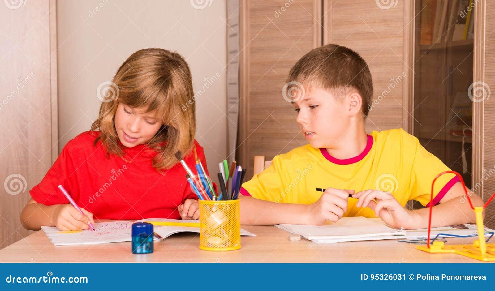 Enfants mignons travaillant leurs devoirs ensemble gar on et fille d image stock image du - Chambre garcon et fille ensemble ...
