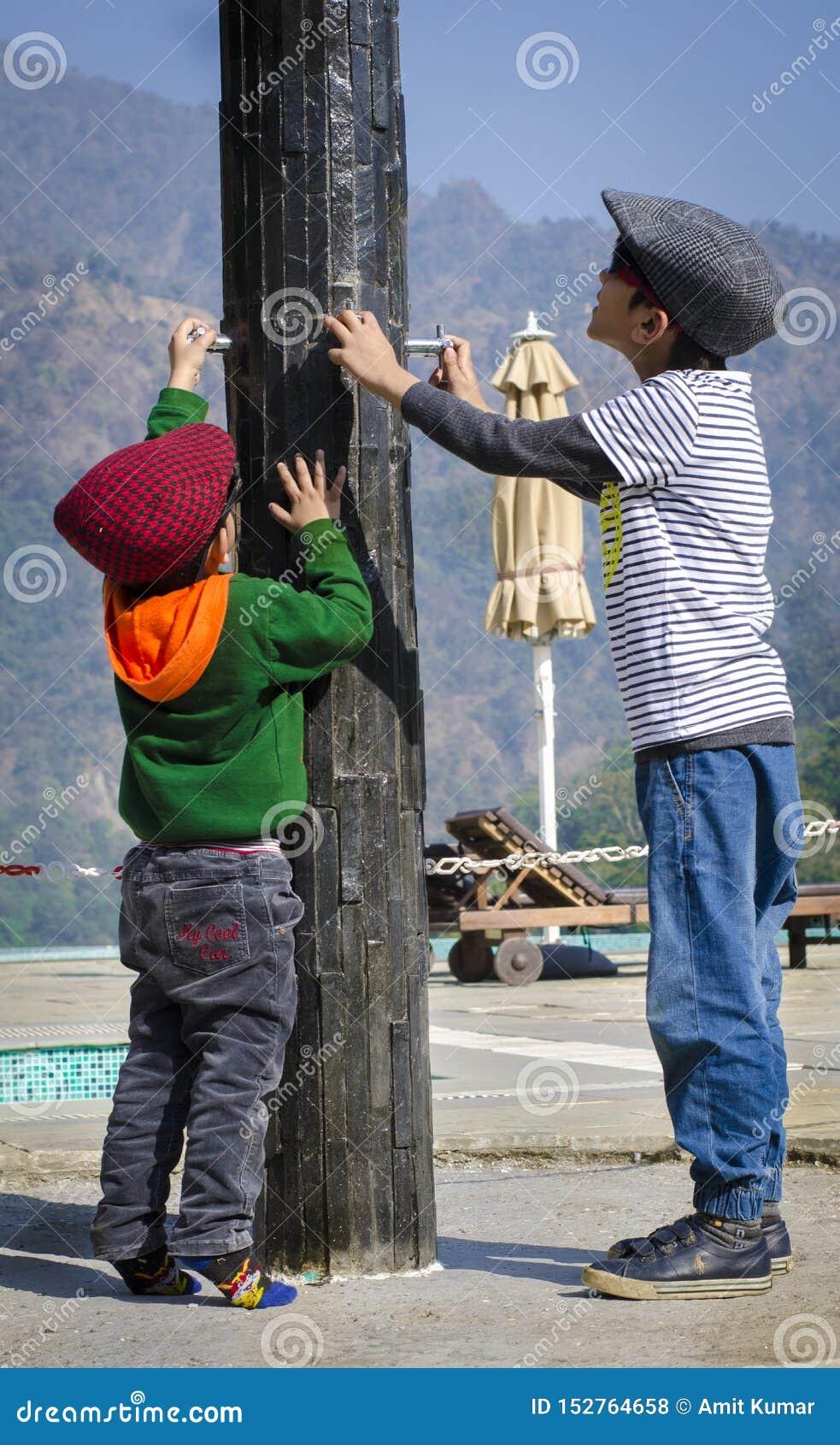 Enfants mignons utilisant des chapeaux et ayant l amusement
