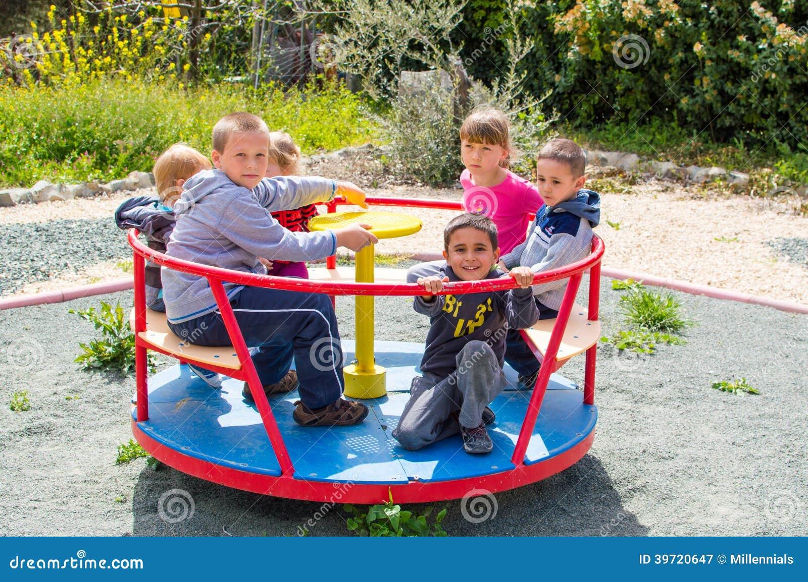 Enfants montant le rond point