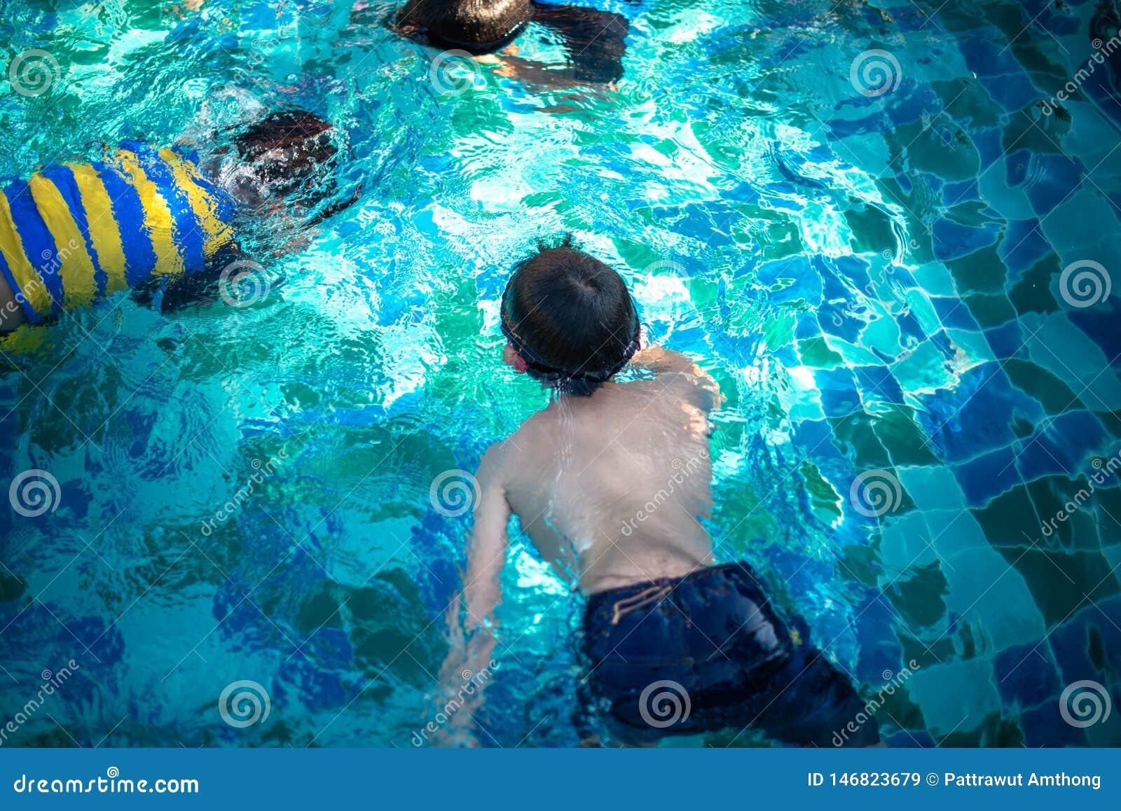 Enfants nageant dans la piscine