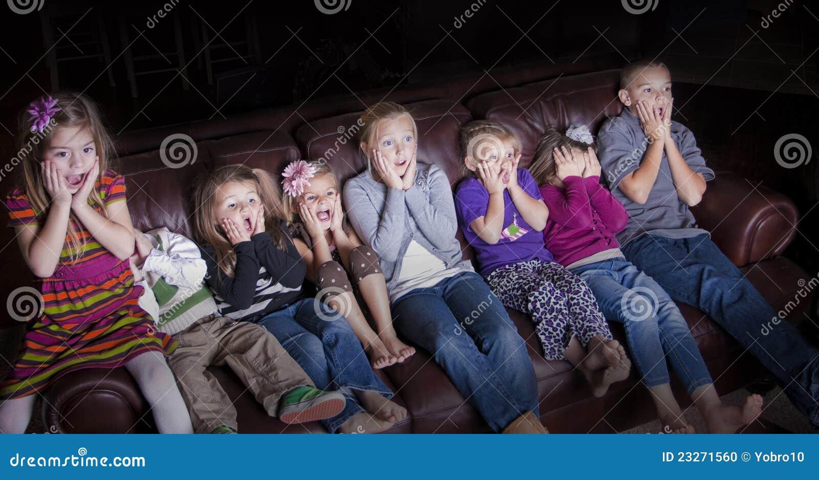 Enfants observant l émission télévisée choquante