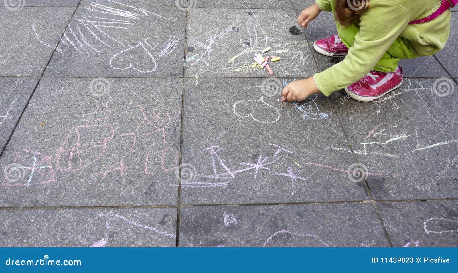 Enfants peignant l éducation d école de retrait