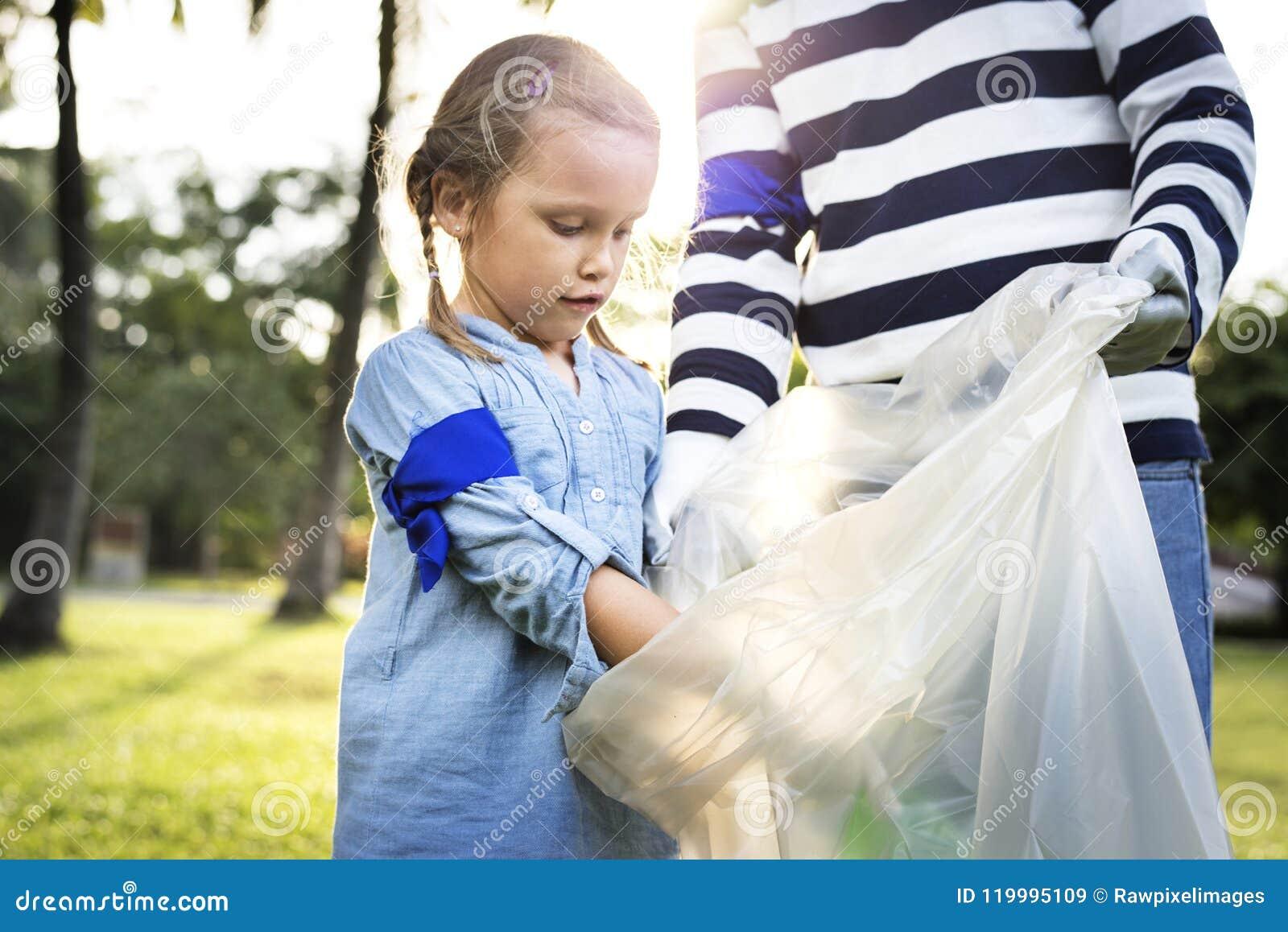 Enfants prenant des déchets en parc