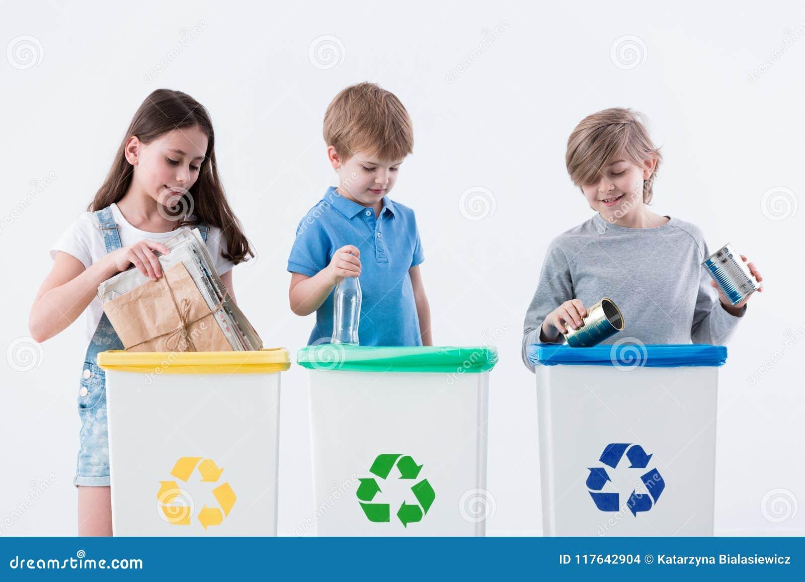 Enfants répartissant le papier en poubelles