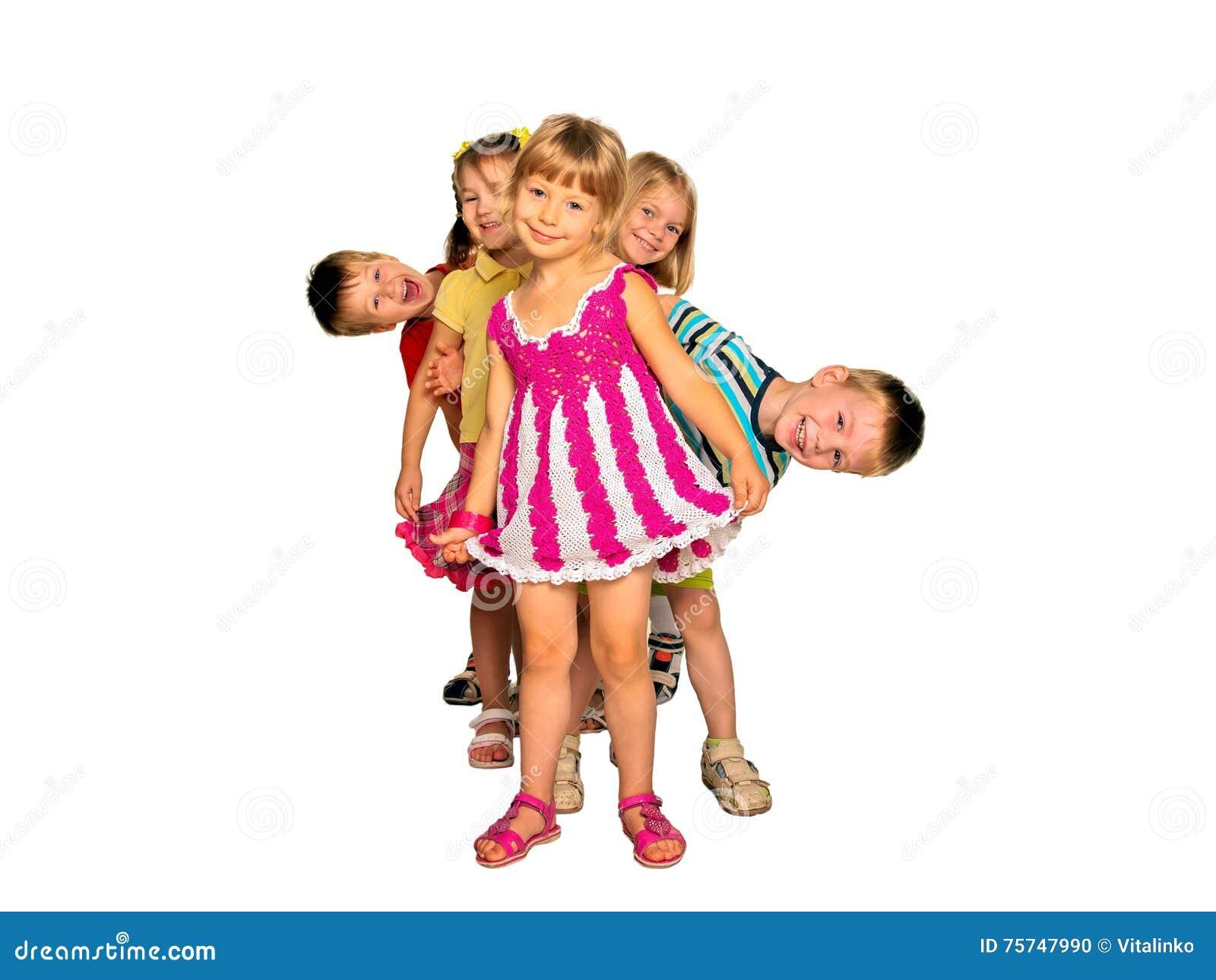 Enfants riants heureux jouant et dansant