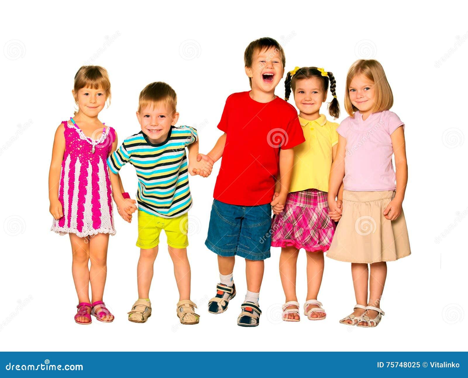 Enfants riants heureux tenant des mains