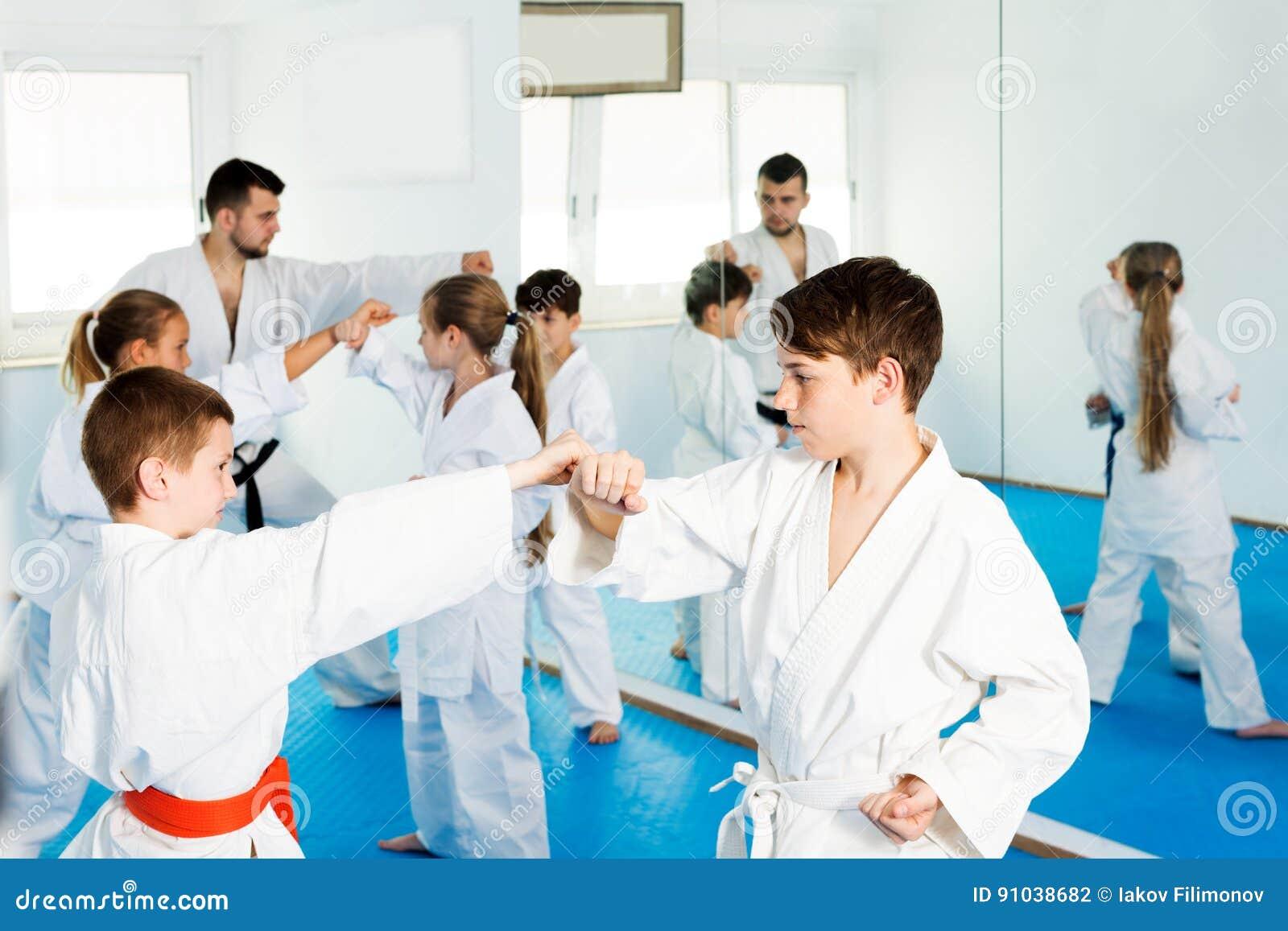 Enfants s exerçant dans les paires