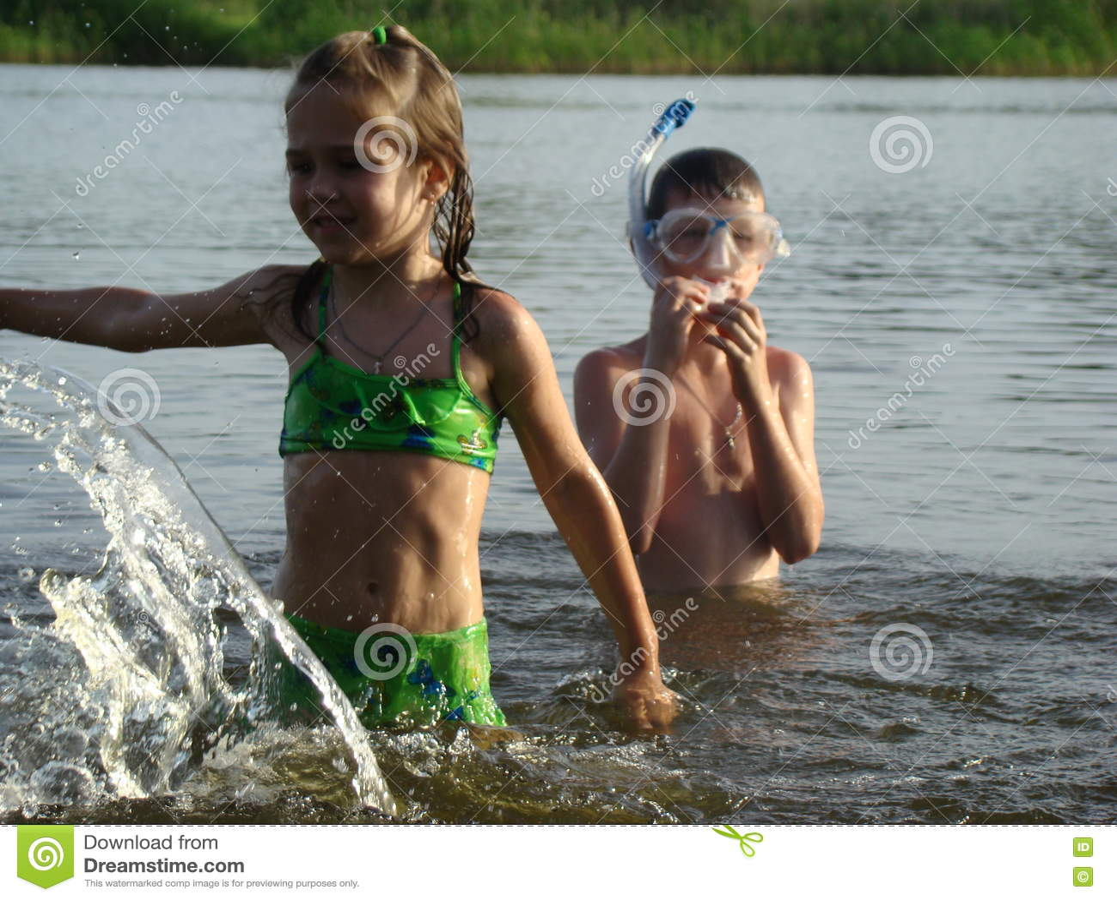 Enfants Se Baignant En Rivière Photo stock - Image du