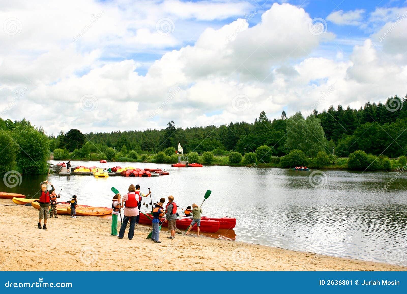 Enfants se préparant aux canoës