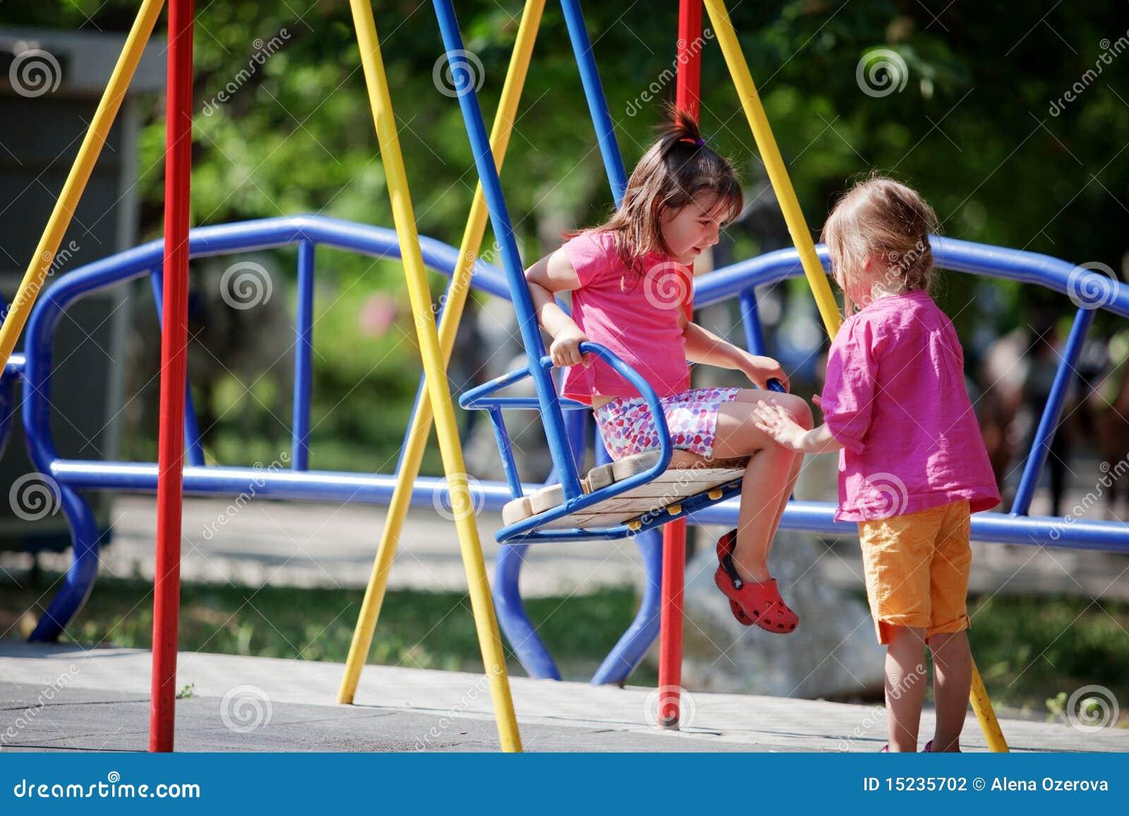Enfants sur la cour de jeu