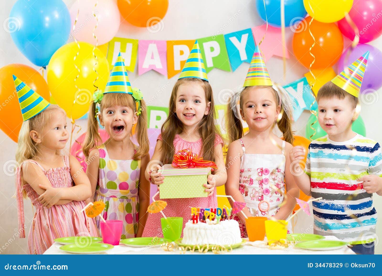 Enfants sur la fête d anniversaire