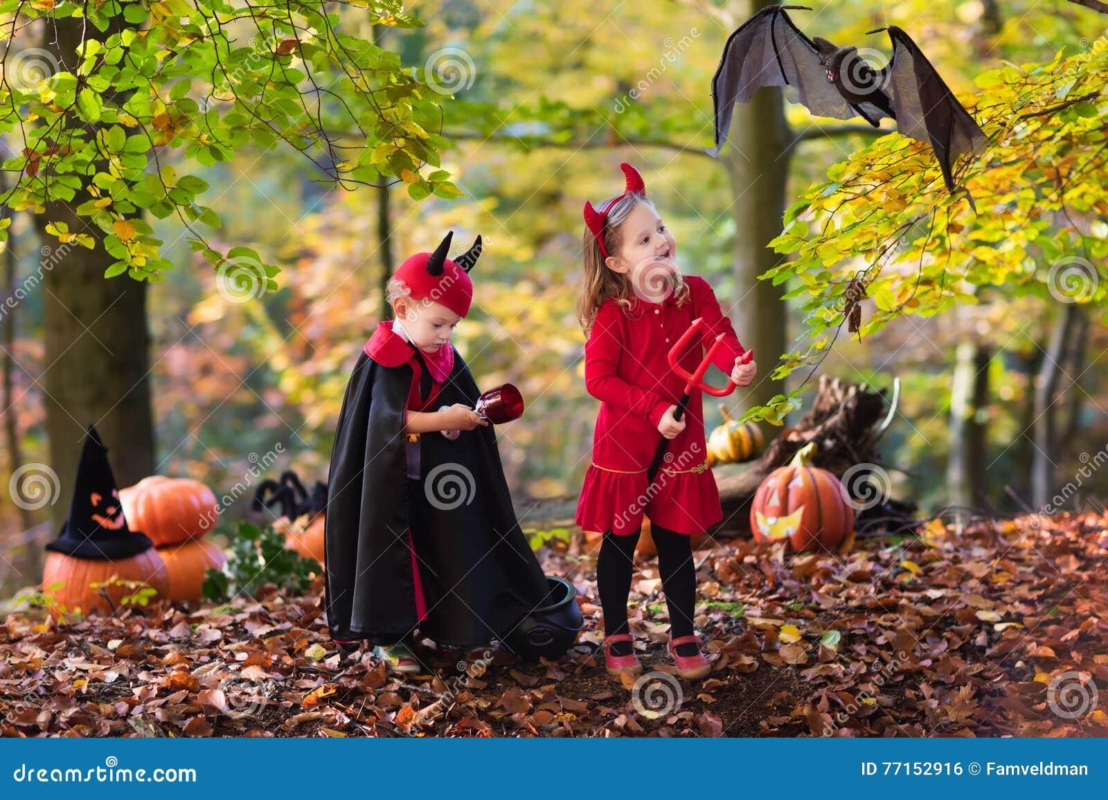 Enfants sur le des bonbons ou un sort de Halloween