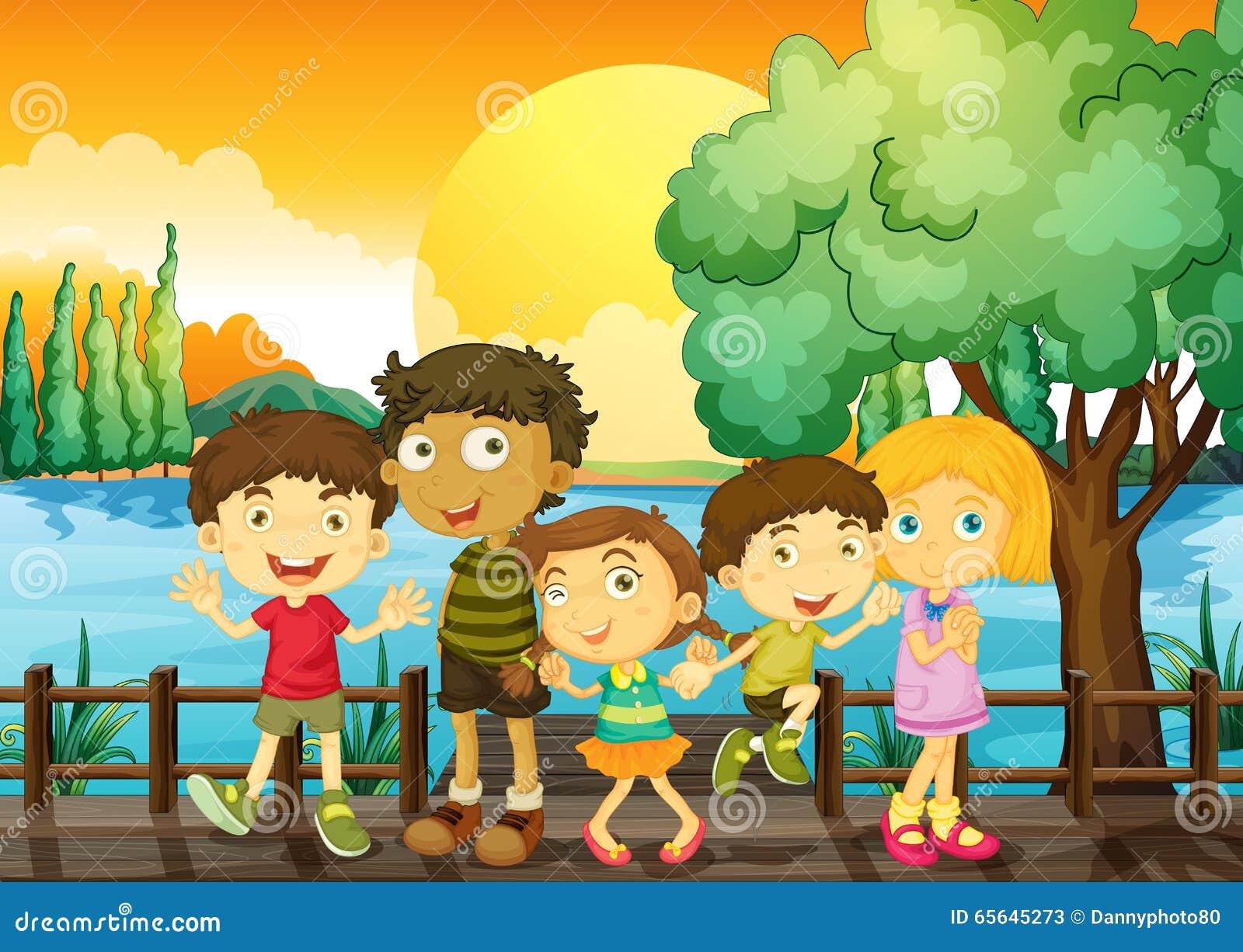 Enfants sur le pont au coucher du soleil