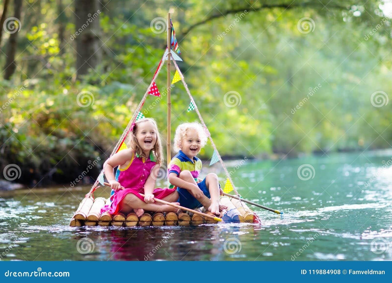 Enfants sur le radeau en bois