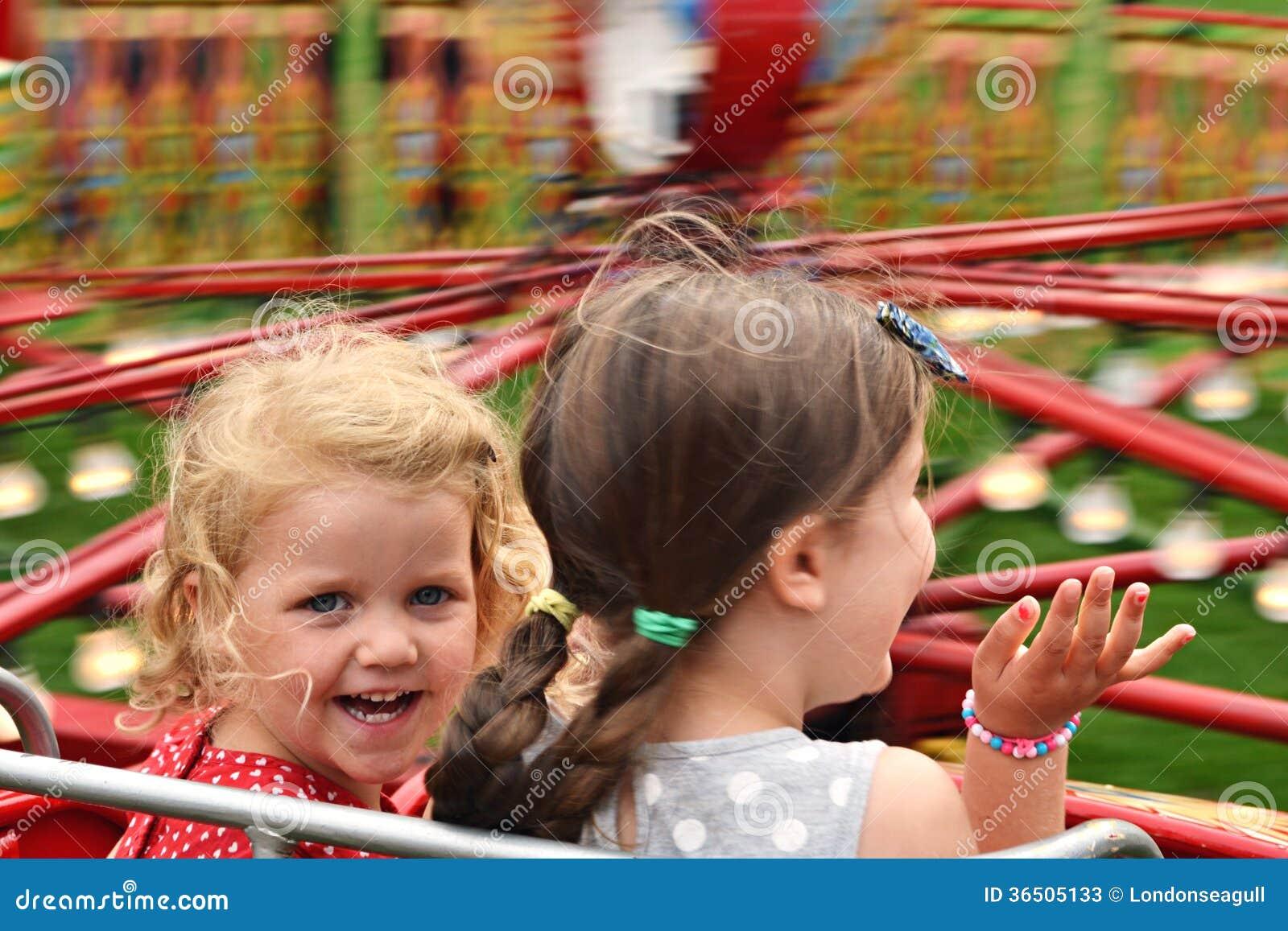 Enfants sur le tour juste
