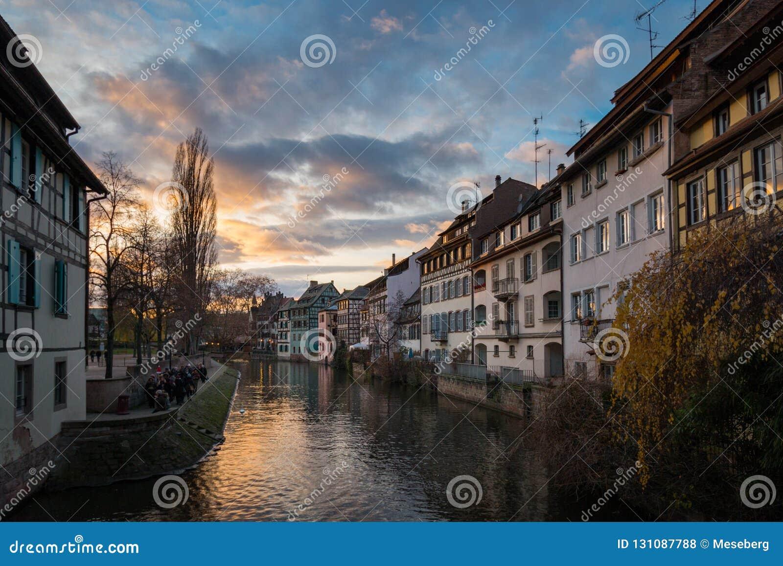 Enfermedad y casas del río en el distrito del La Petite France en Stra