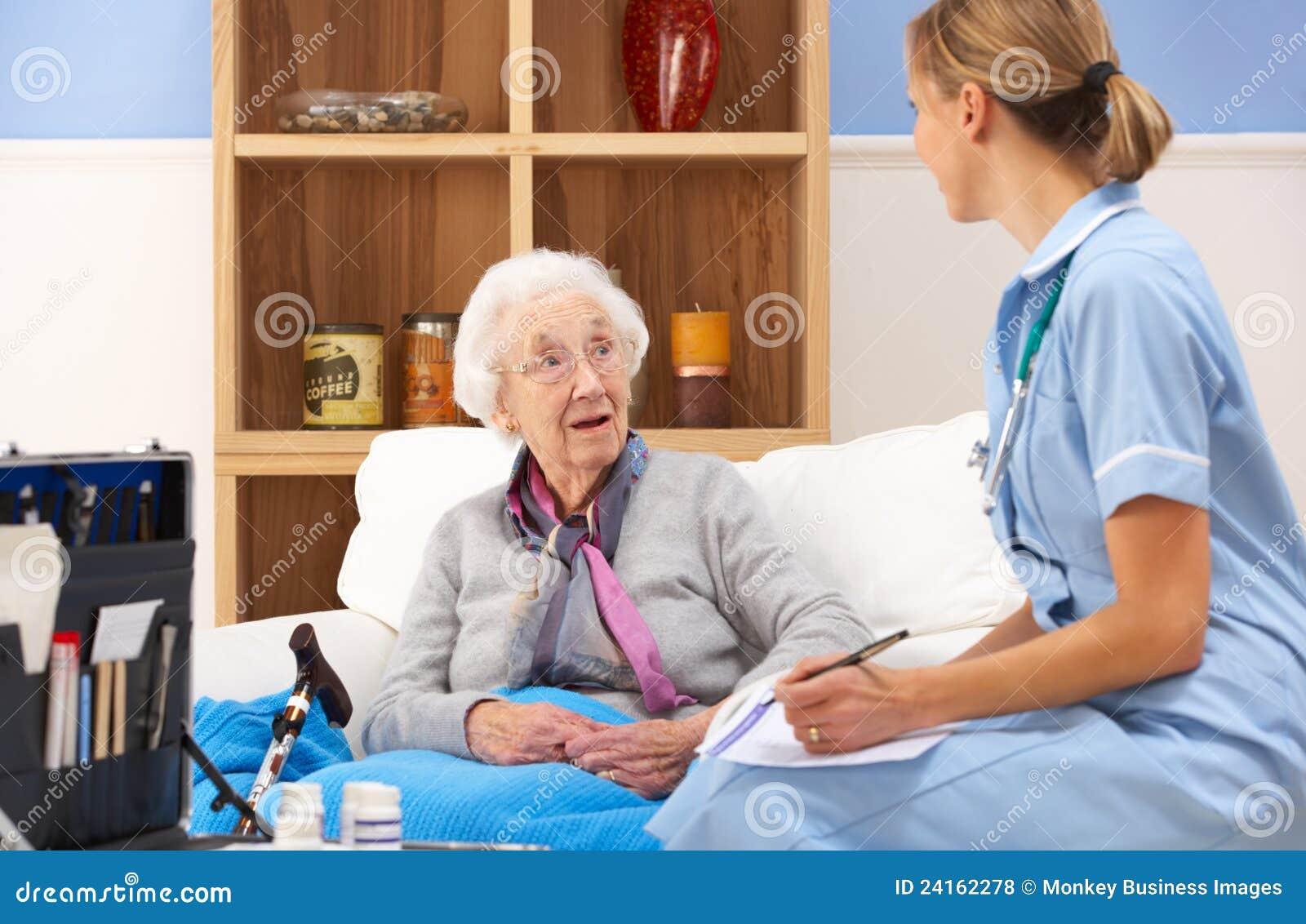 Enfermeira BRITÂNICA que visita a mulher sênior em casa