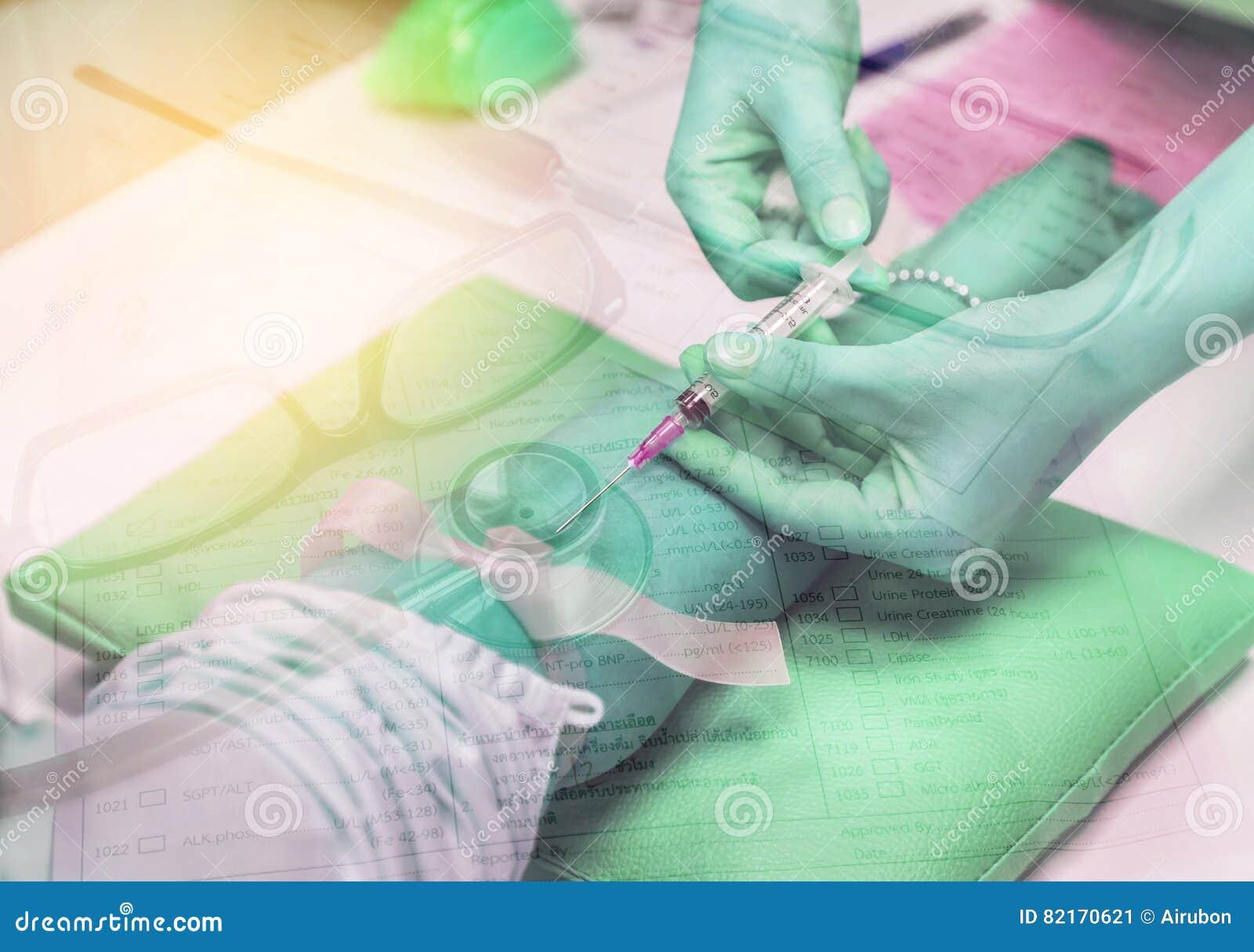 Enfermeira da exposição dobro que pica a seringa da agulha no paciente do braço com o estetoscópio com vidros e papel da prescriç