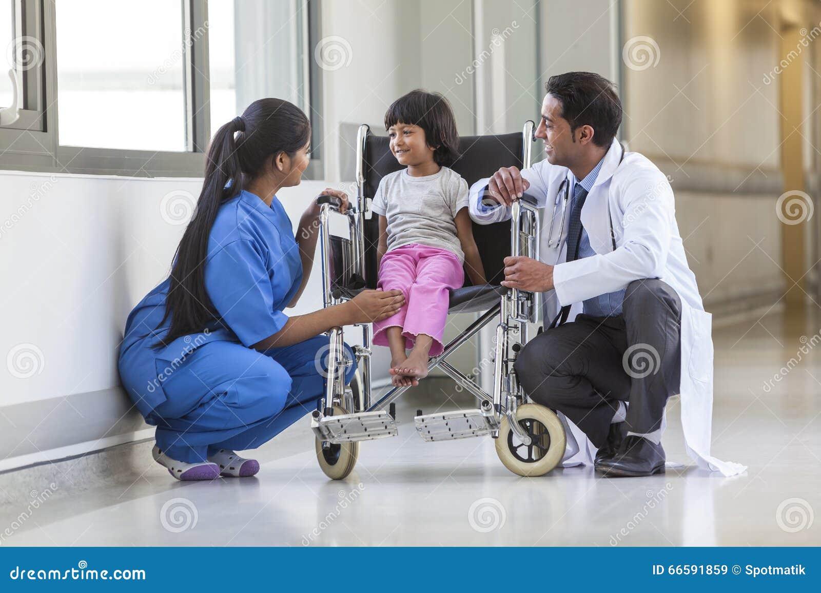 Enfermeira Doctor e paciente hospitalizado fêmea de criança da menina em Wheelchai
