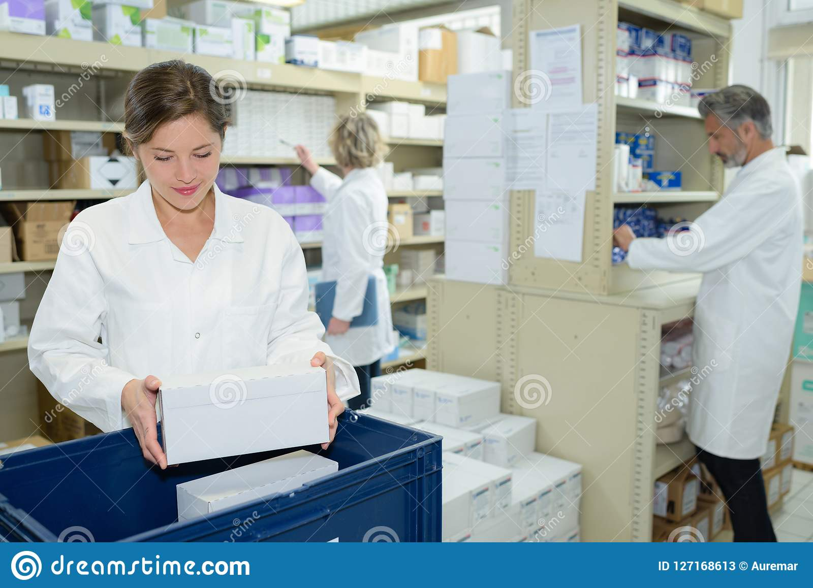 Enfermeira e farmacêuticos que trabalham na farmácia
