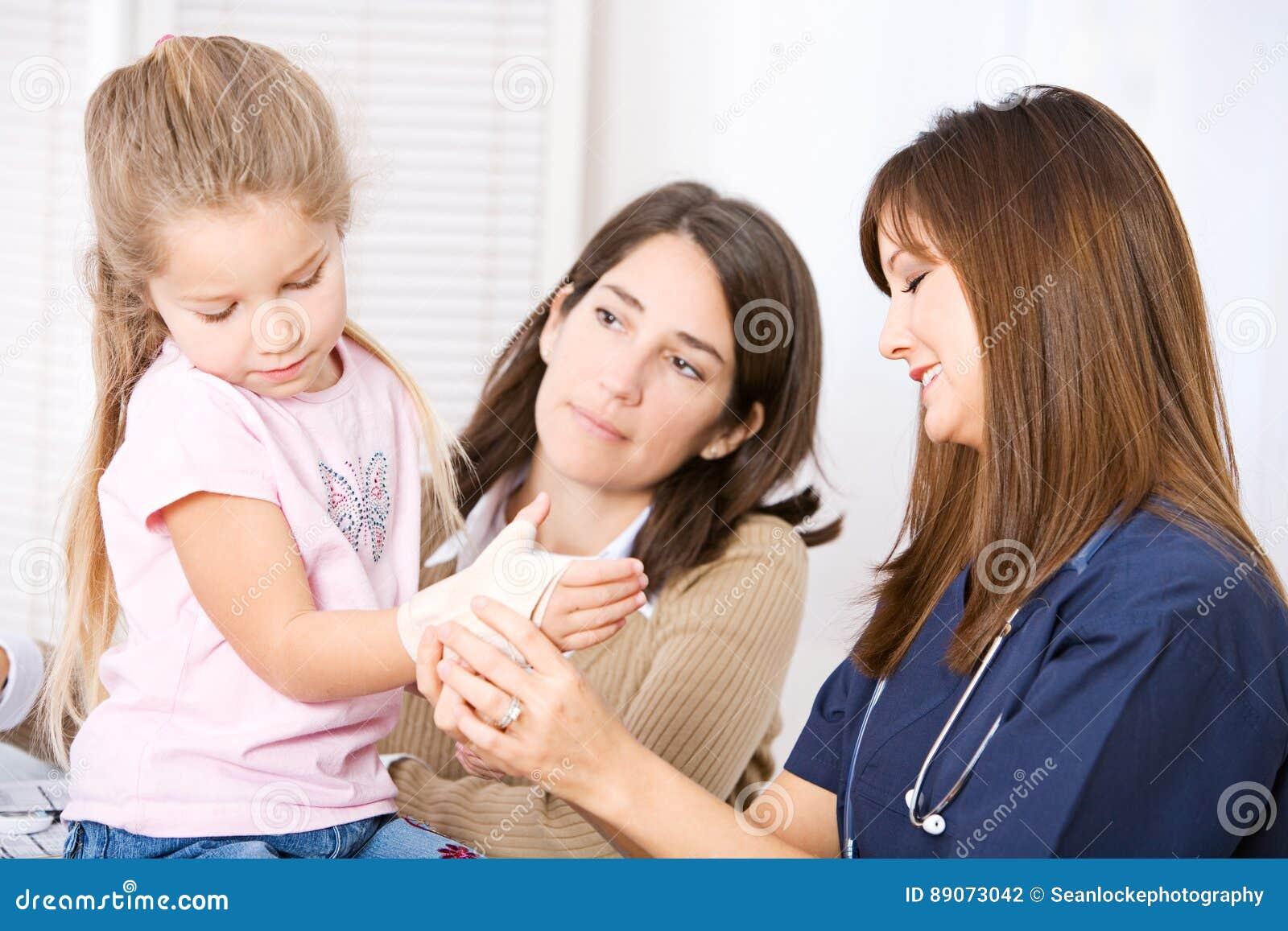 Enfermeira: Enfermeira Wraps Wrist Sprain