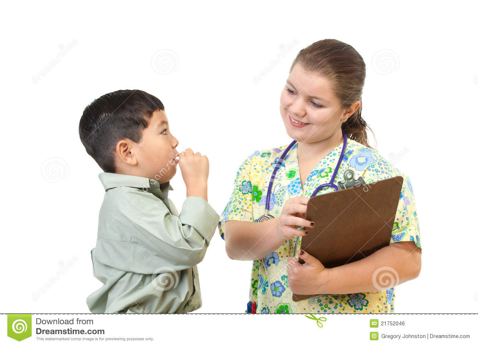 A enfermeira fala ao paciente.