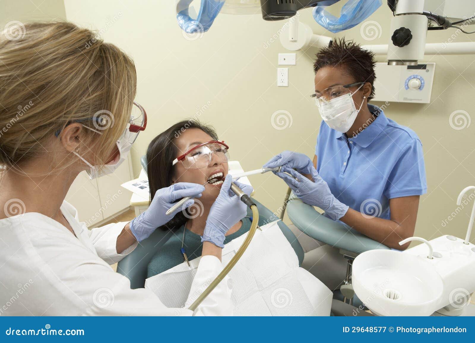 Enfermeira que ajuda ao doutor Quando Tratamento
