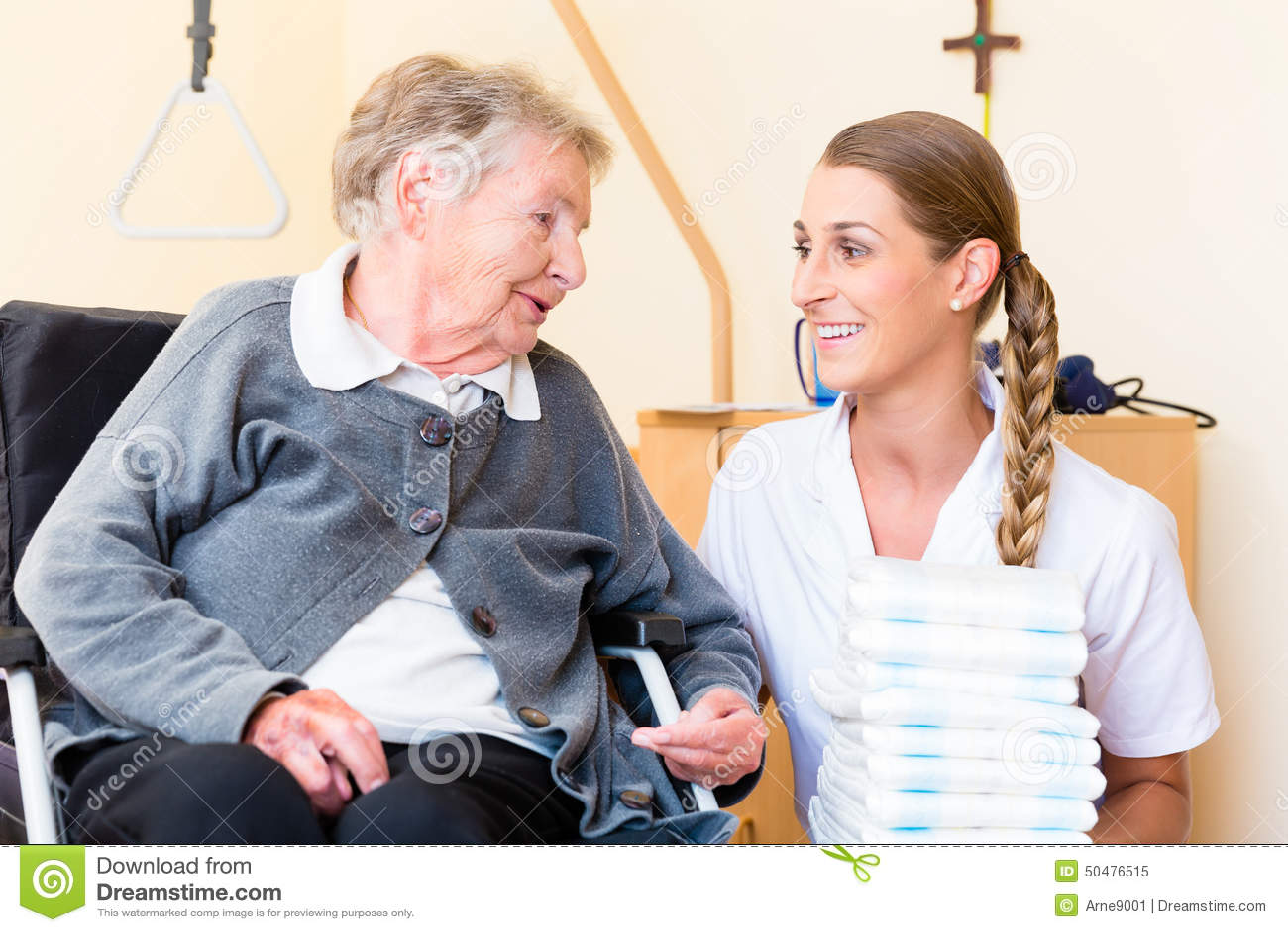 Enfermeira Que Traz Fontes à Mulher No Lar De Idosos