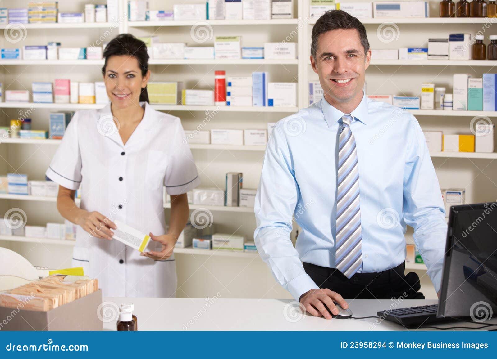 Enfermera BRITÁNICA y farmacéutico que trabajan en farmacia