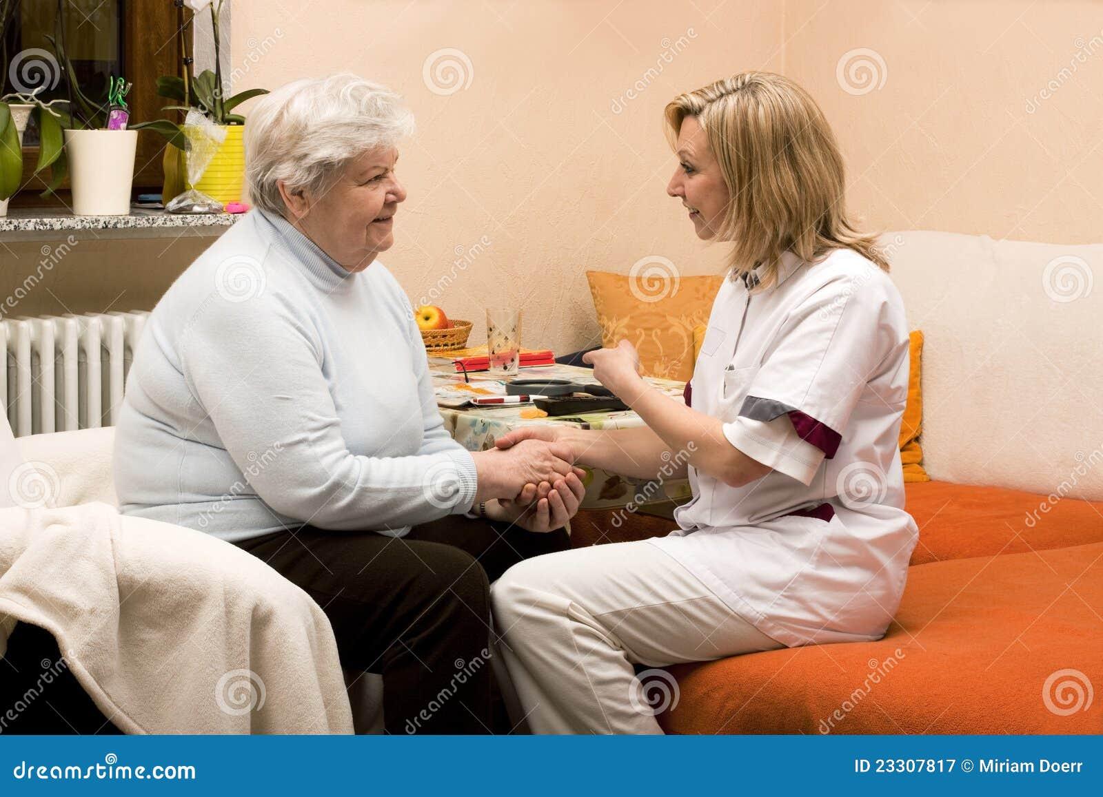 Enfermera casera de la visita con el mayor