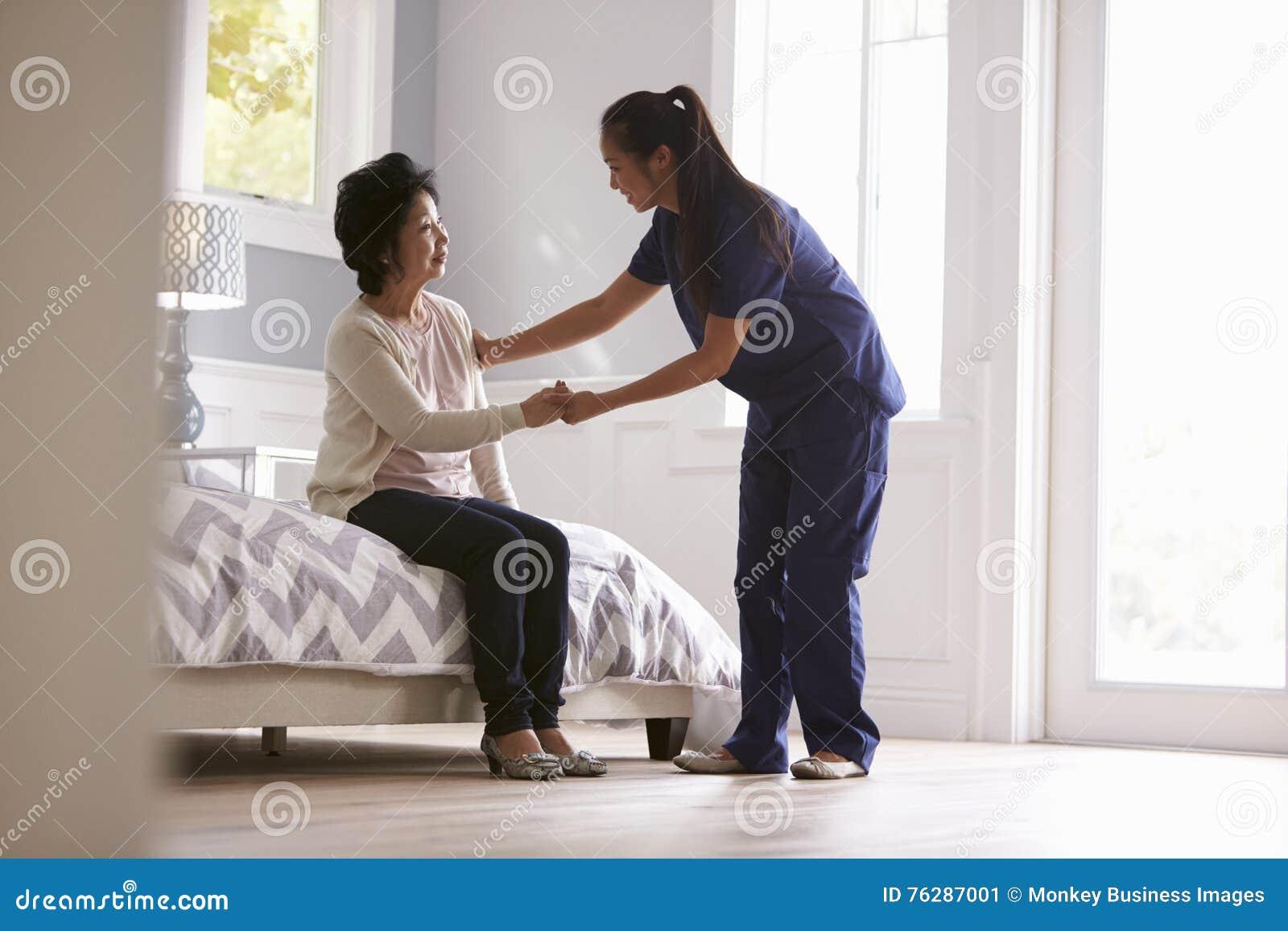 Enfermera Making Home Visit a la mujer mayor