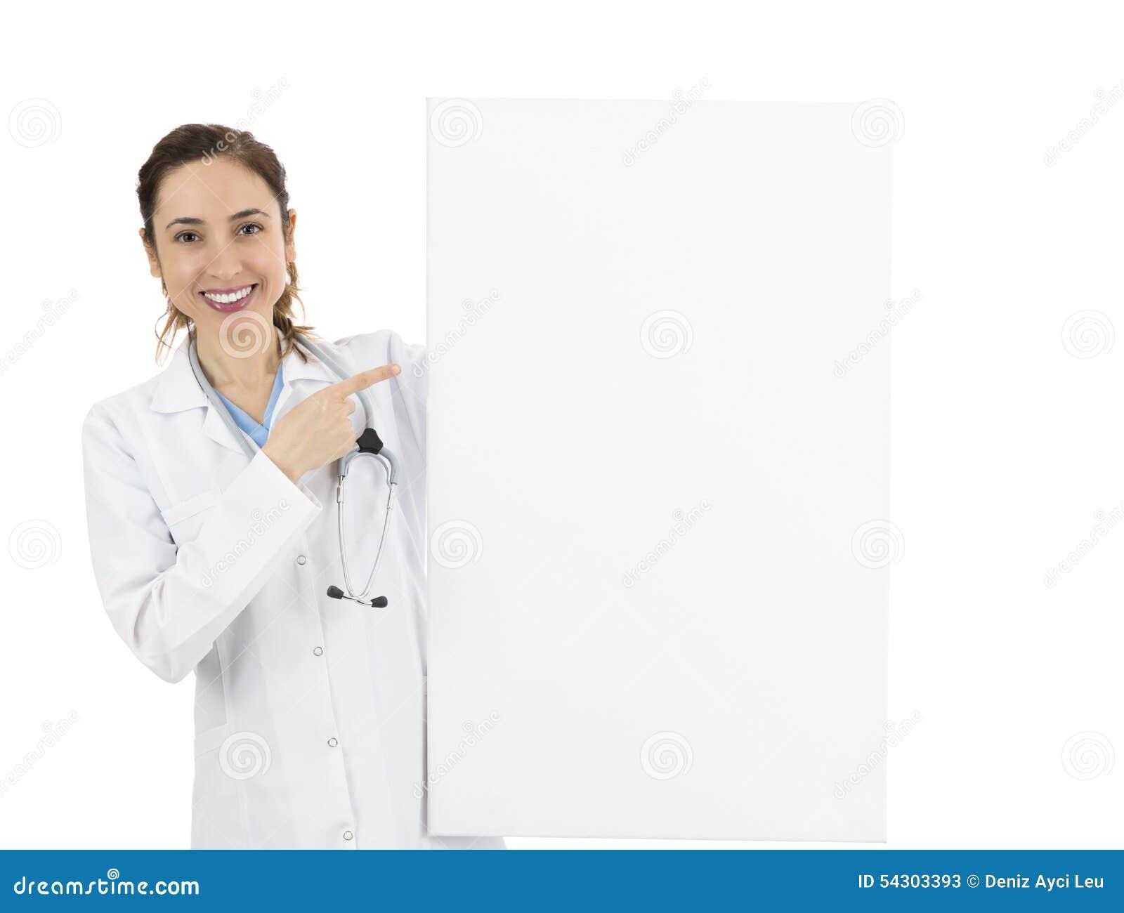 Enfermera o doctor de sexo femenino que señala al tablero de anuncio