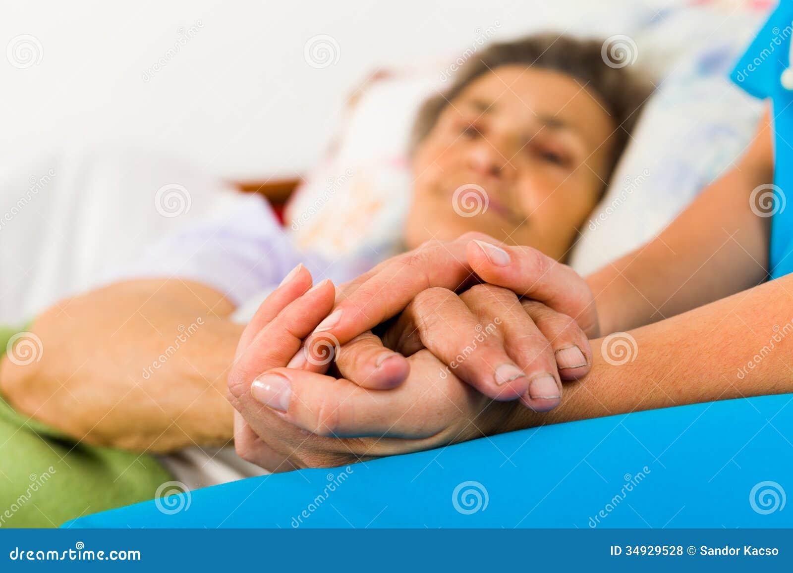 Enfermera que cuida Holding Hands