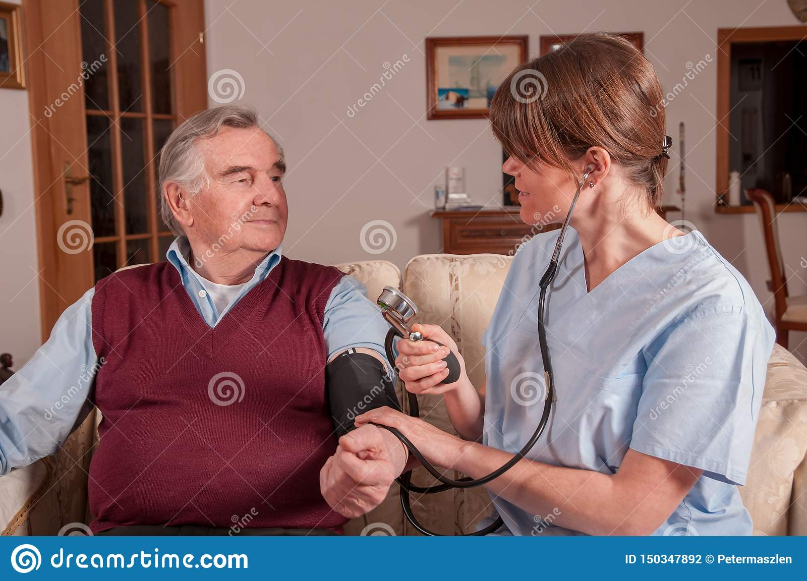 Enfermera que mide senior' presión arterial de s
