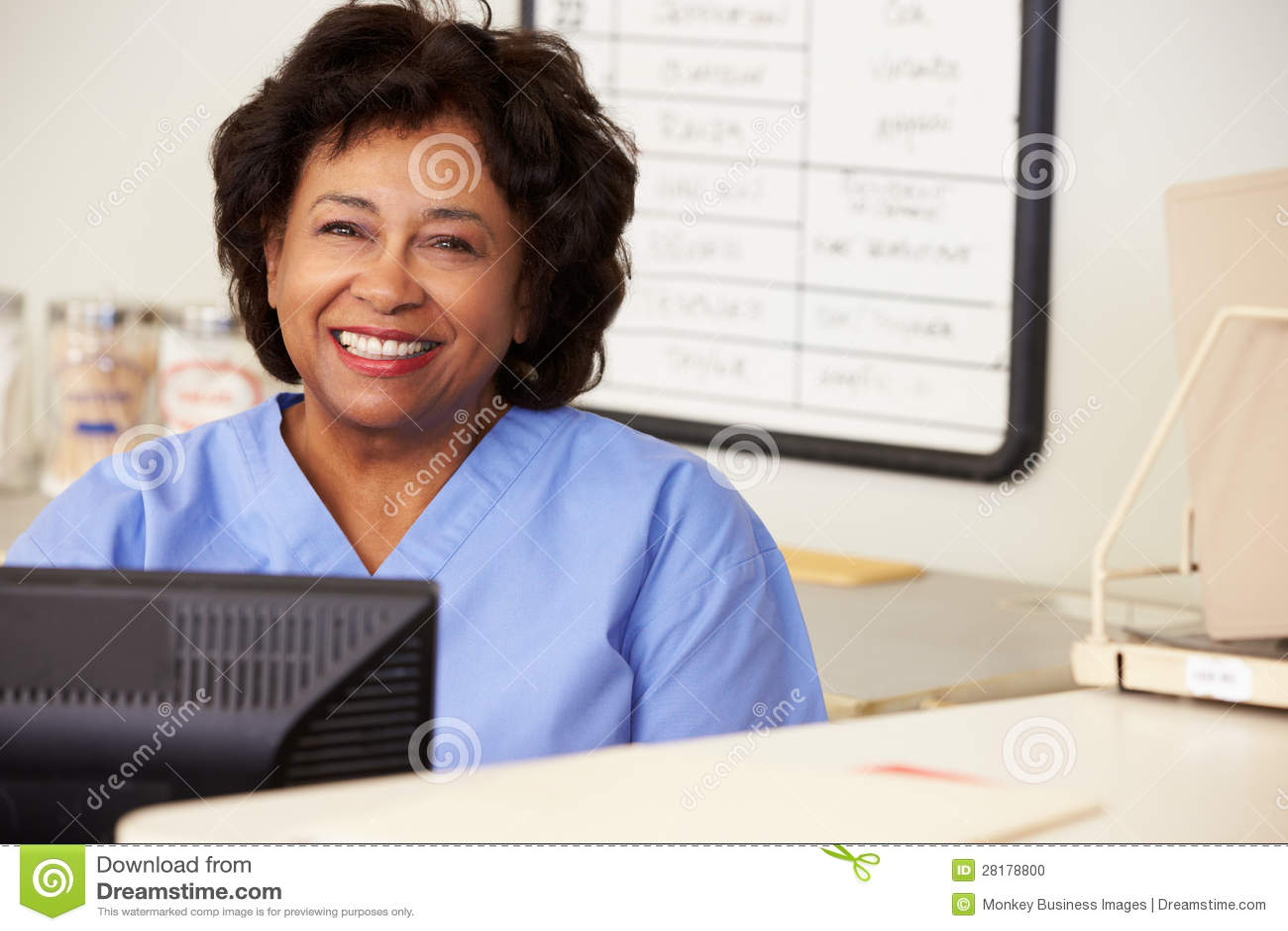 Enfermera que usa el ordenador en la estación de las enfermeras